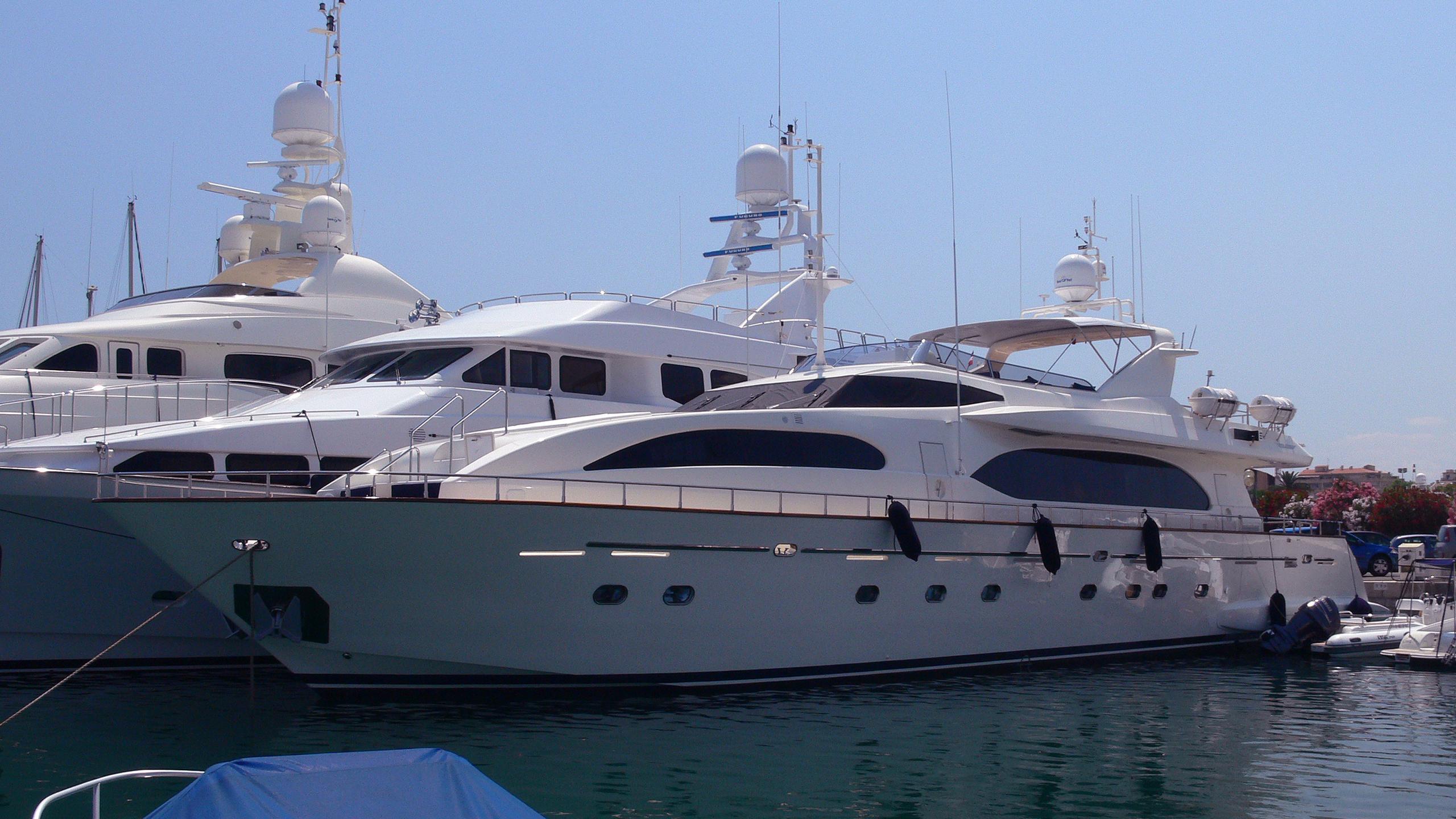 hero-yacht-exterior