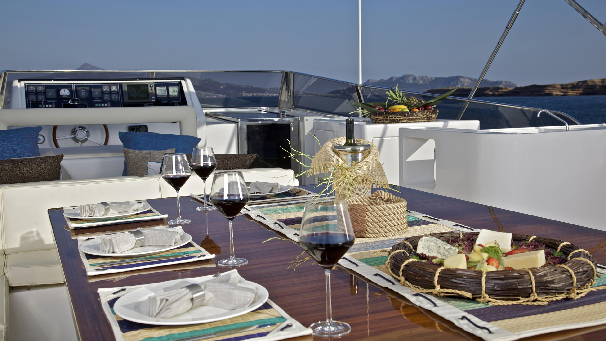 helios-yacht-fly-deck-dining
