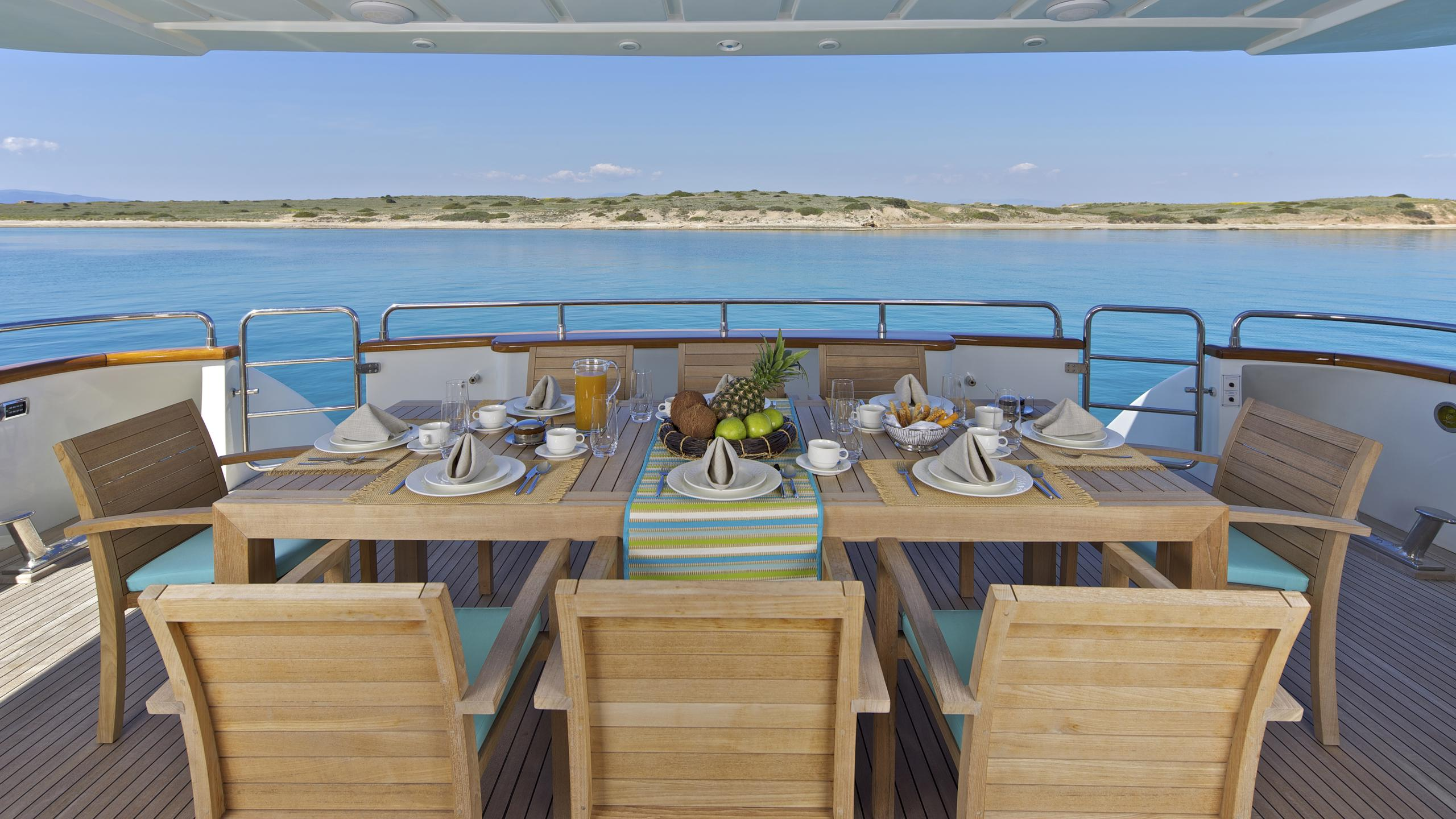 helios-yacht-aft-dining
