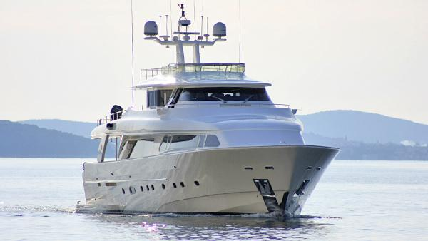 maluhea-yacht-at-sea