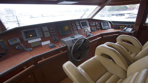 maluhea-yacht-helm