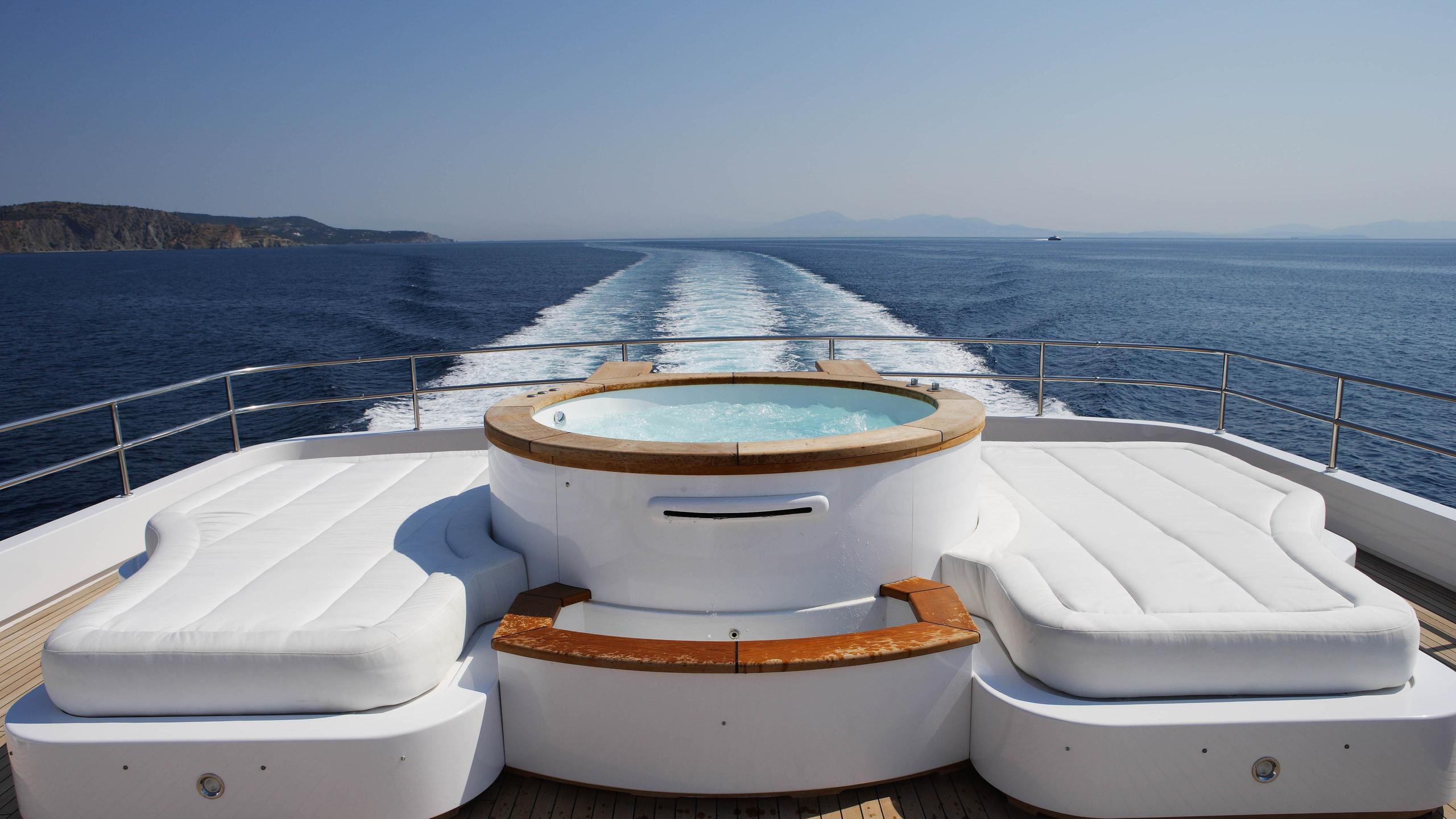 oceanos-yacht-jacuzzi