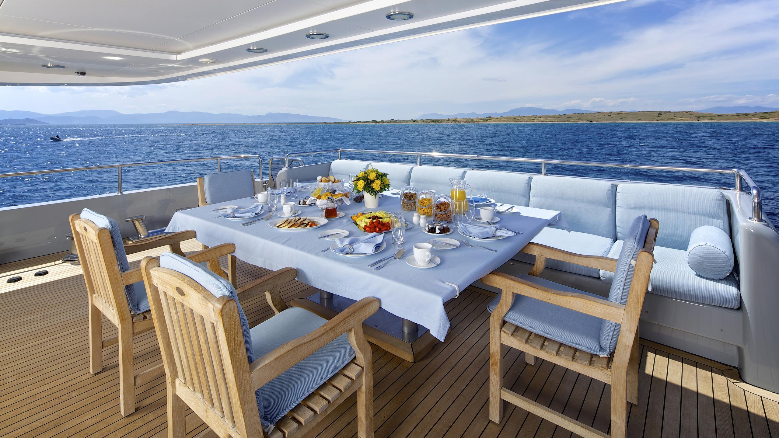 oceanos-yacht-aft-dining