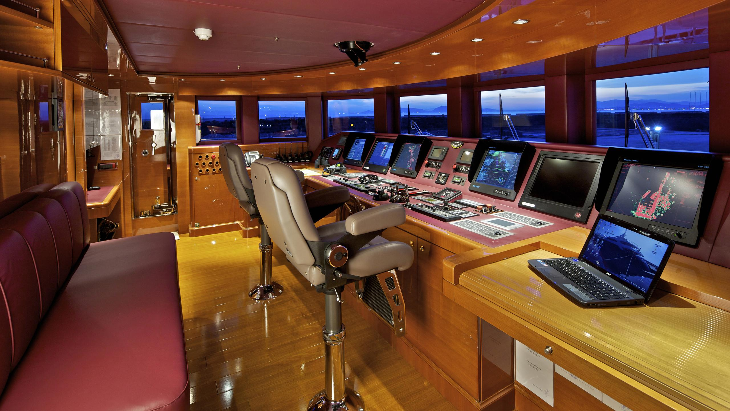 orama-yacht-helm