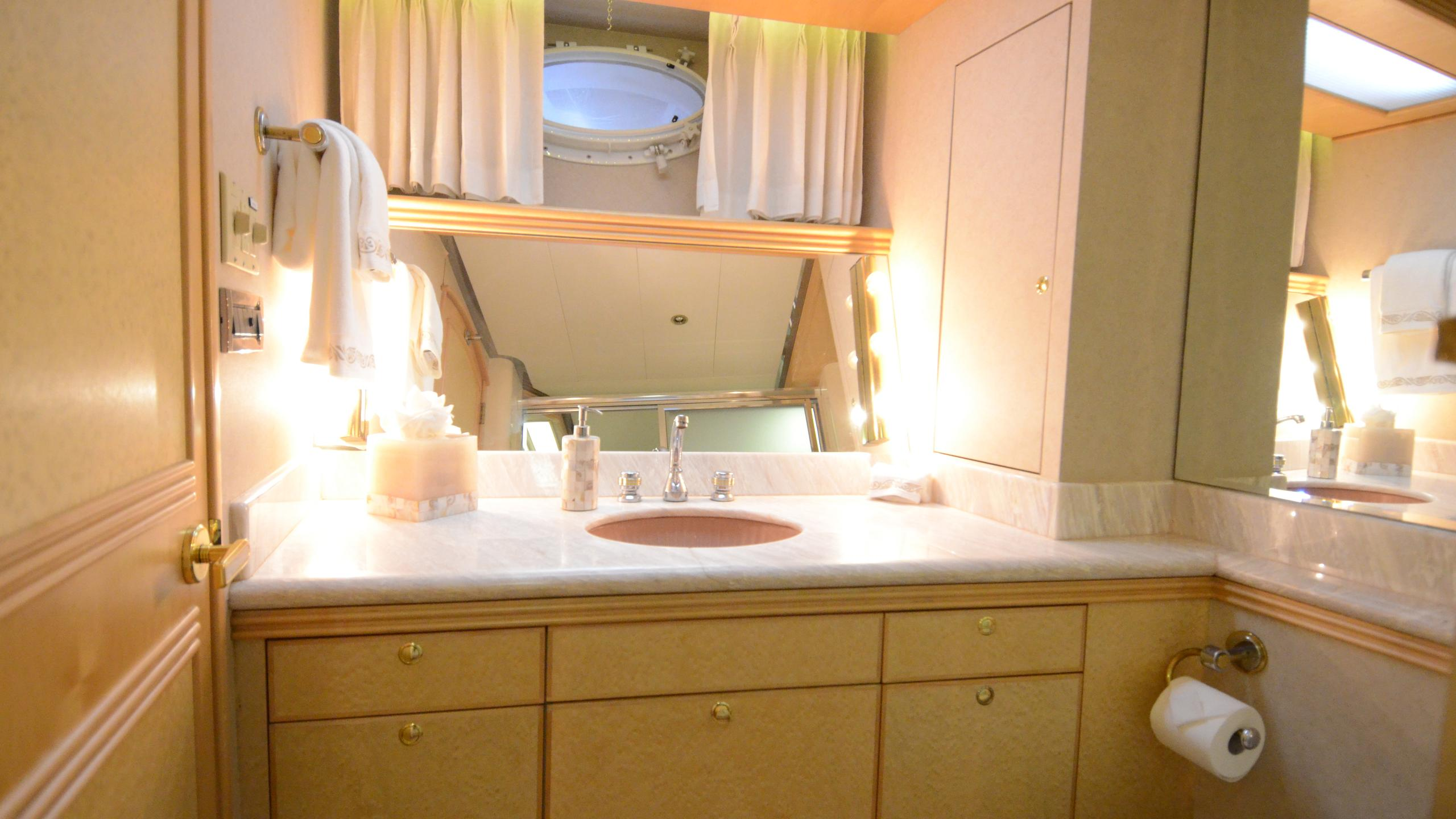 cloud-9-yacht-bathroom