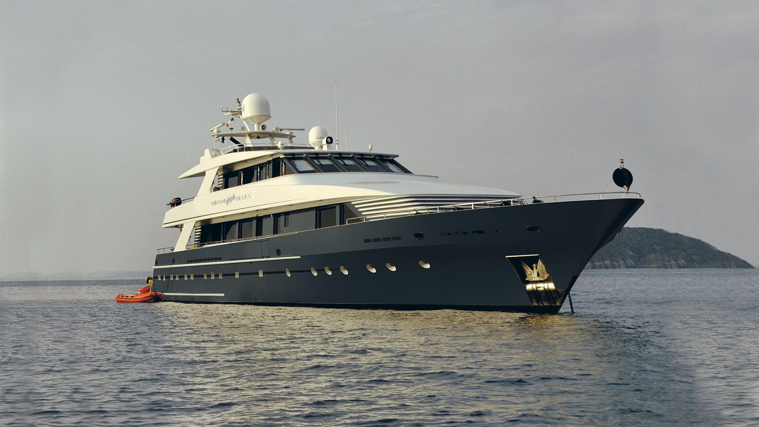miami-blues-yacht-at-anchor