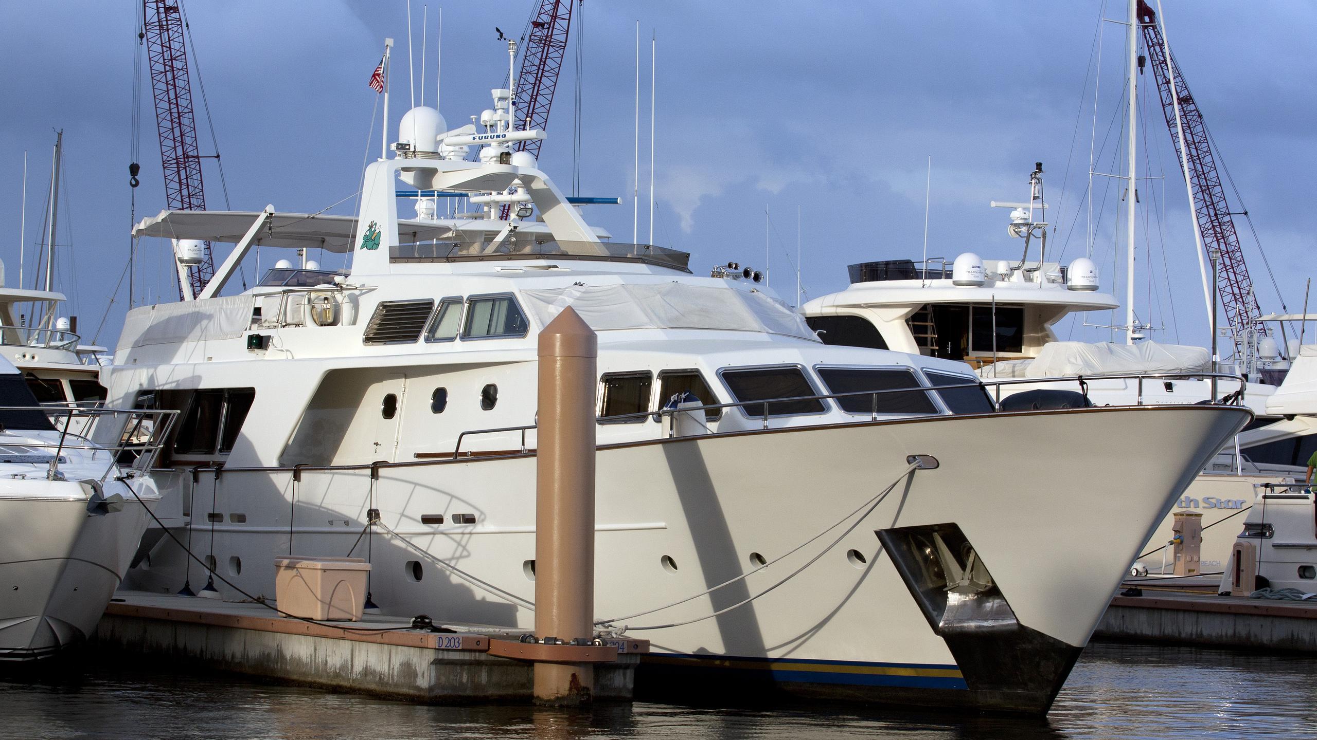 sisisi-yacht-exterior