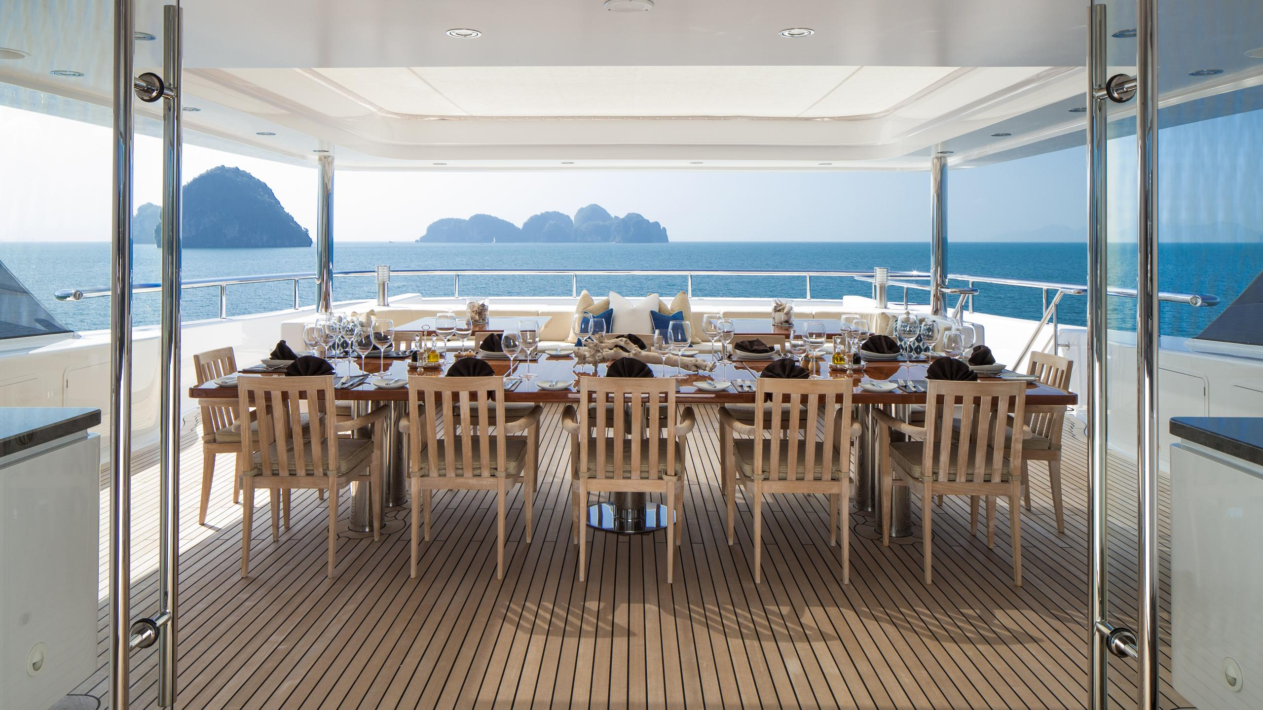 cloud-9-yacht-aft-dining