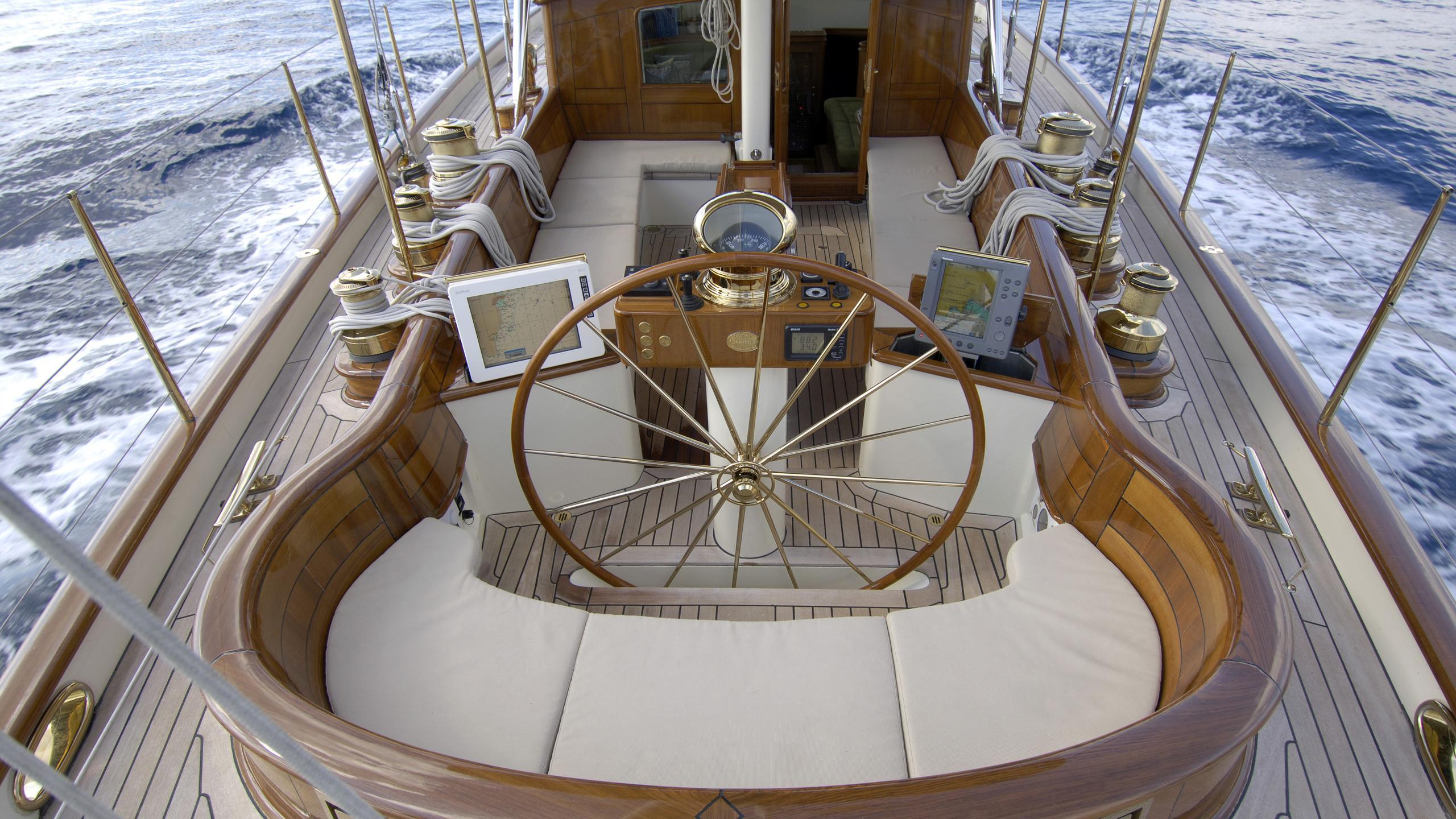 velacarina-yacht-helm