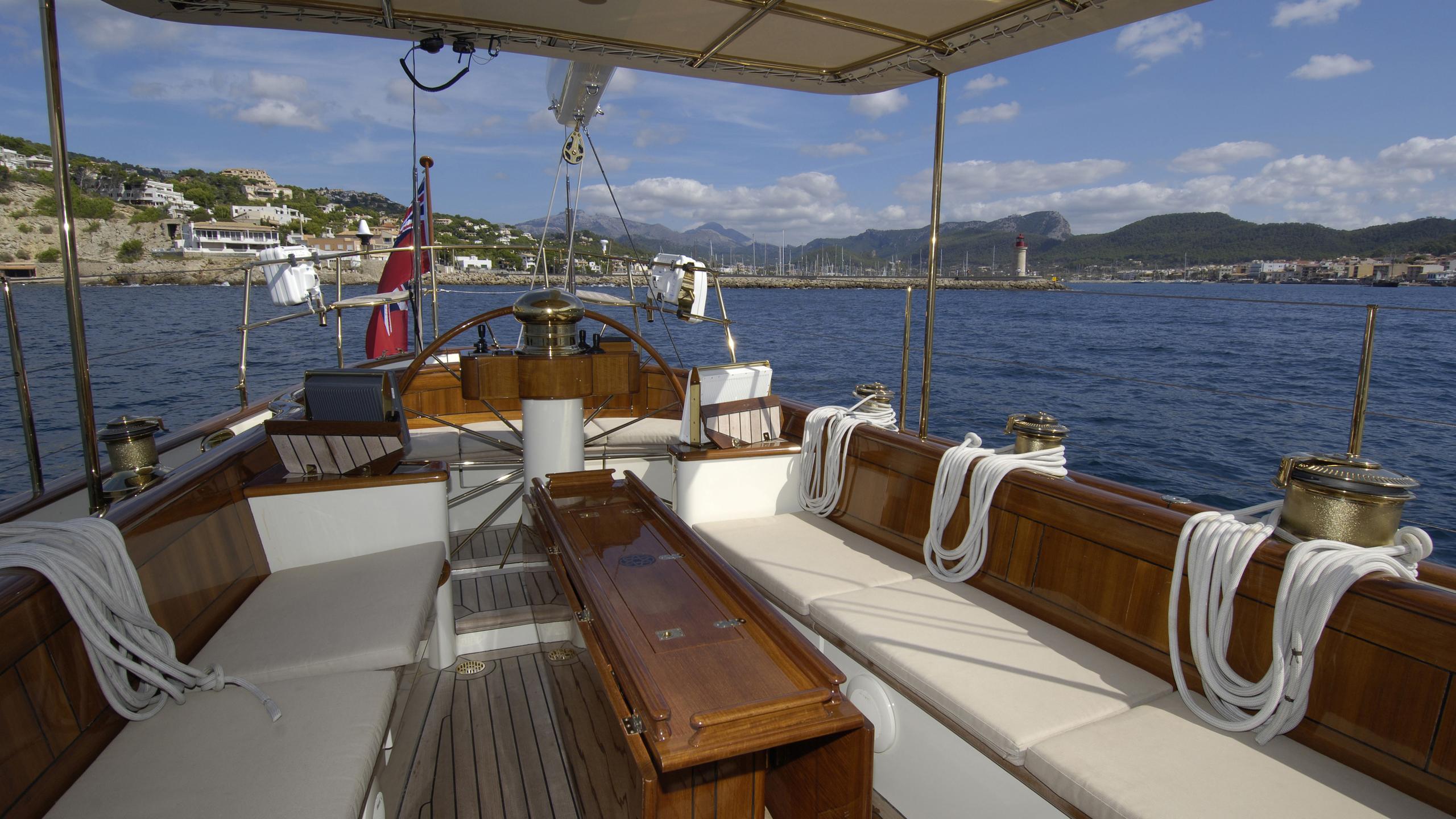 velacarina-yacht-aft-dining