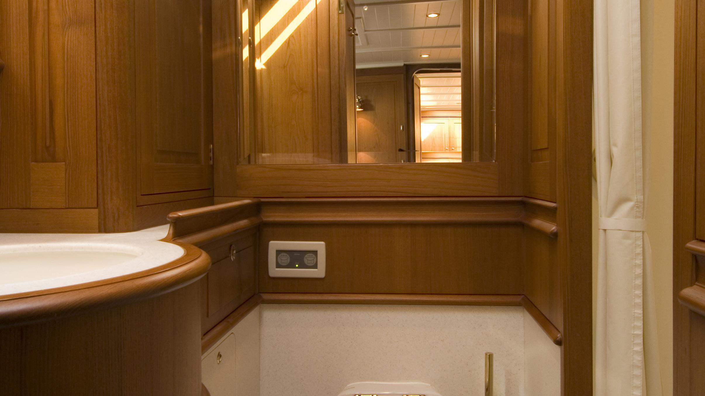 velacarina-yacht-bathroom