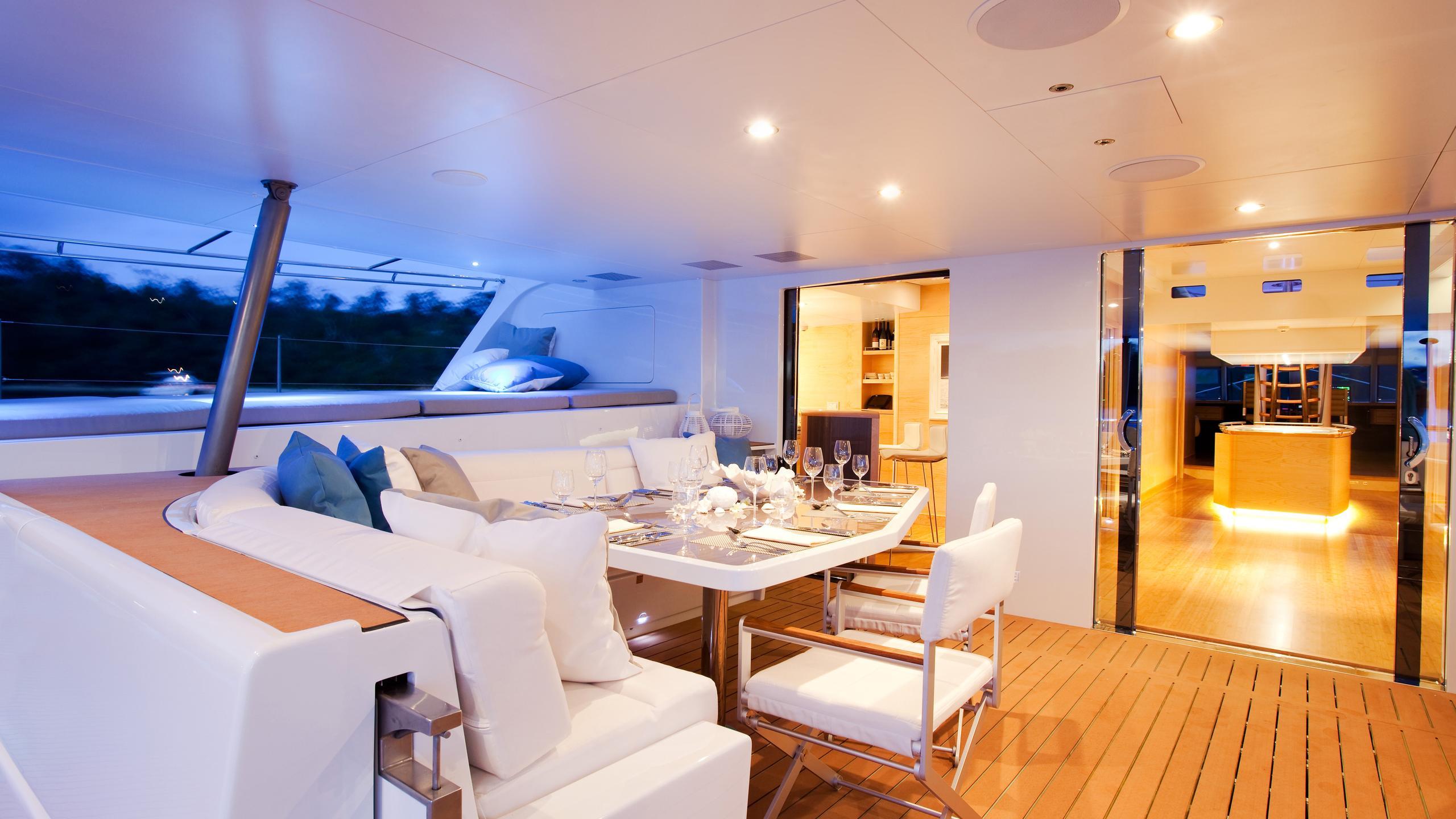 necker-belle-yacht-aft-dining