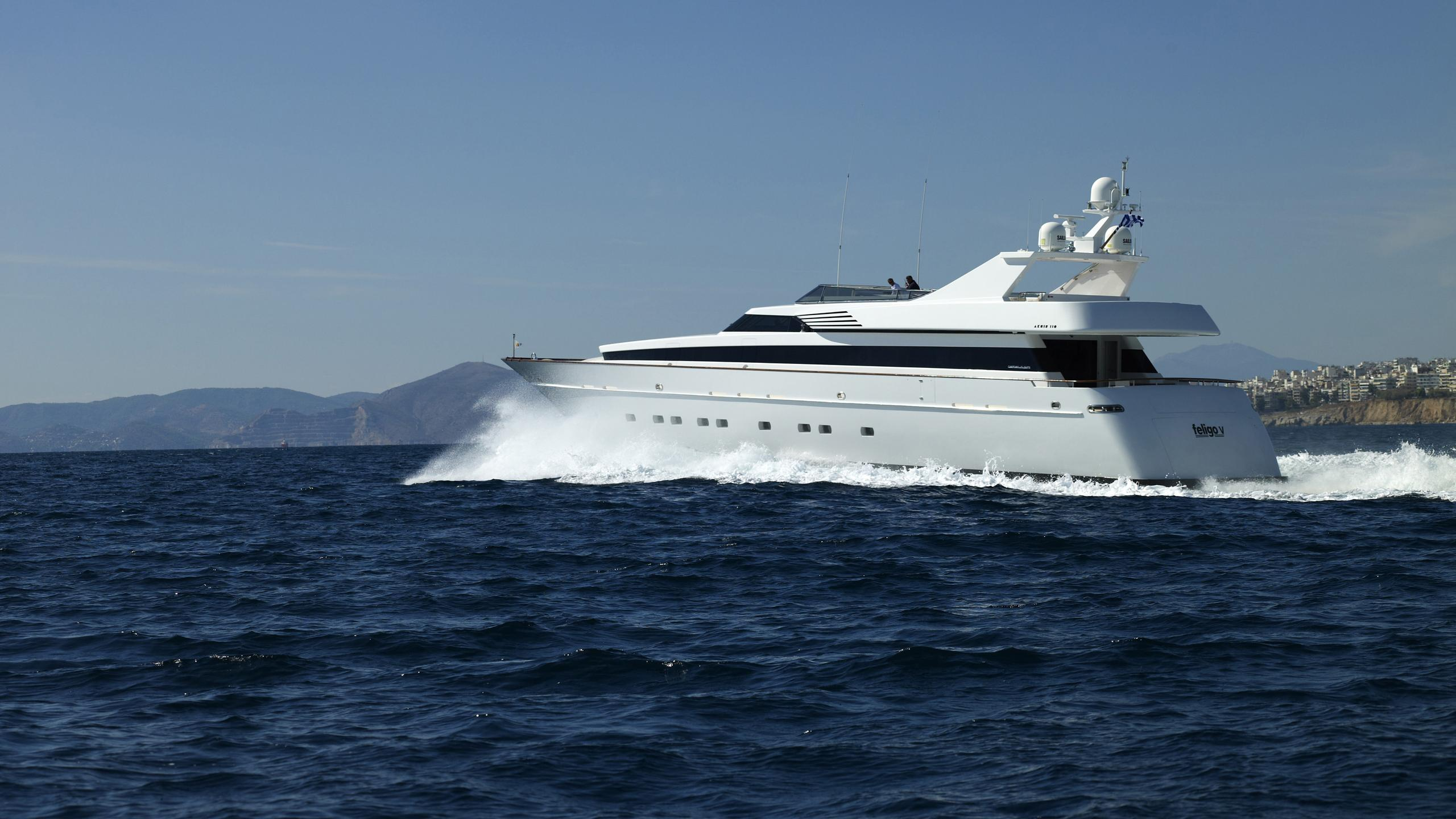 feligo-v-yacht-at-sea