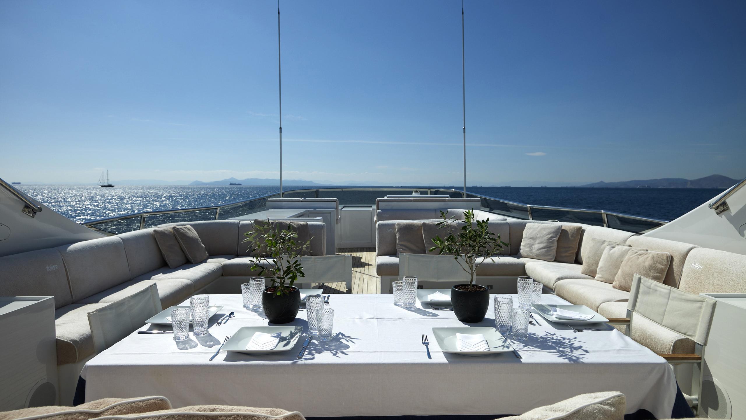 feligo-v-yacht-fly-deck-dining