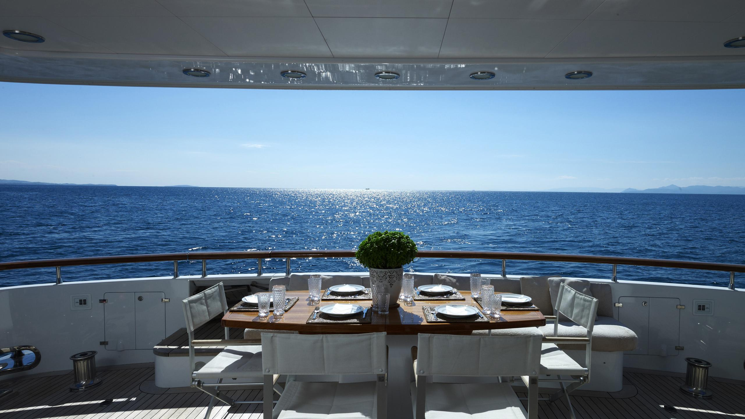 feligo-v-yacht-aft-dining