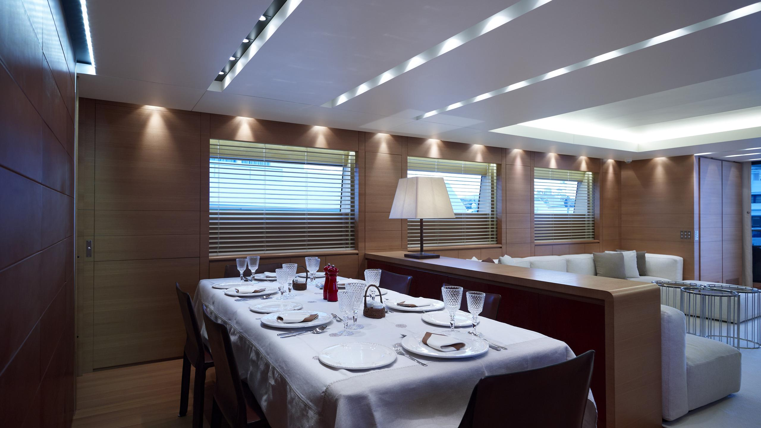feligo-v-yacht-formal-dining