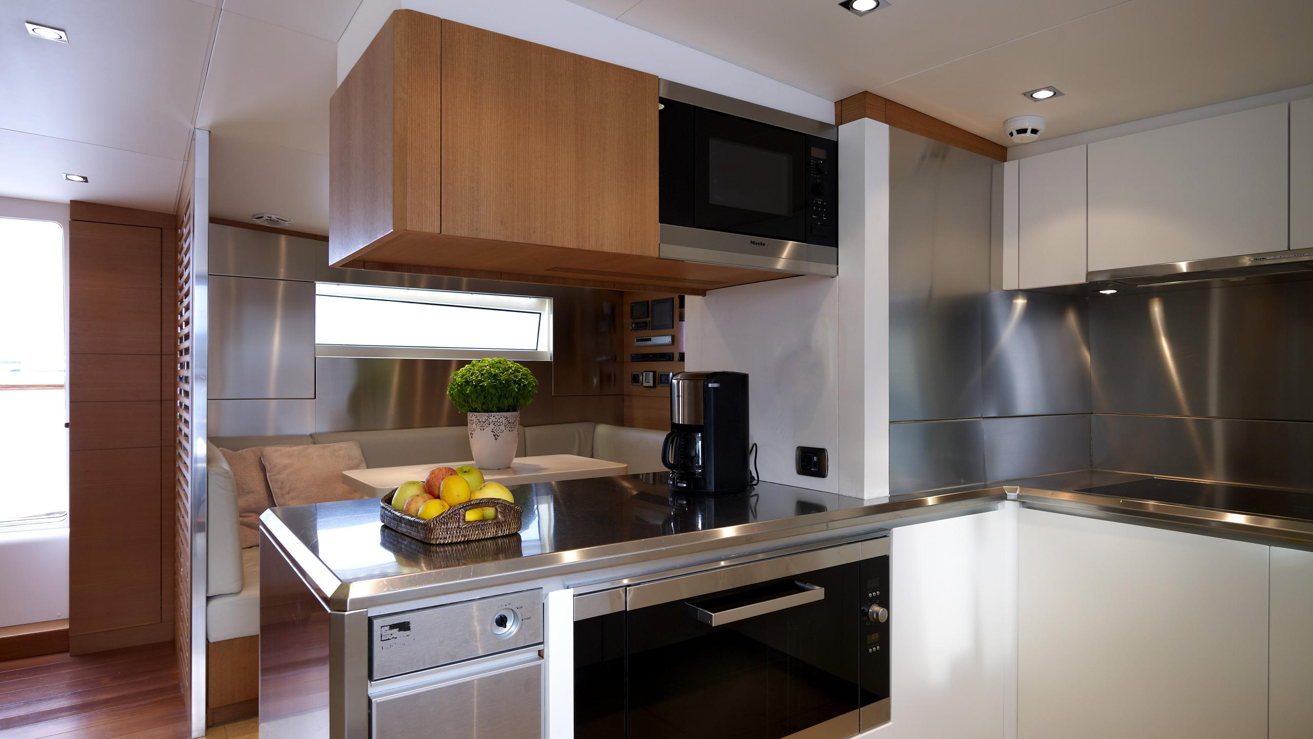 feligo-v-yacht-galley