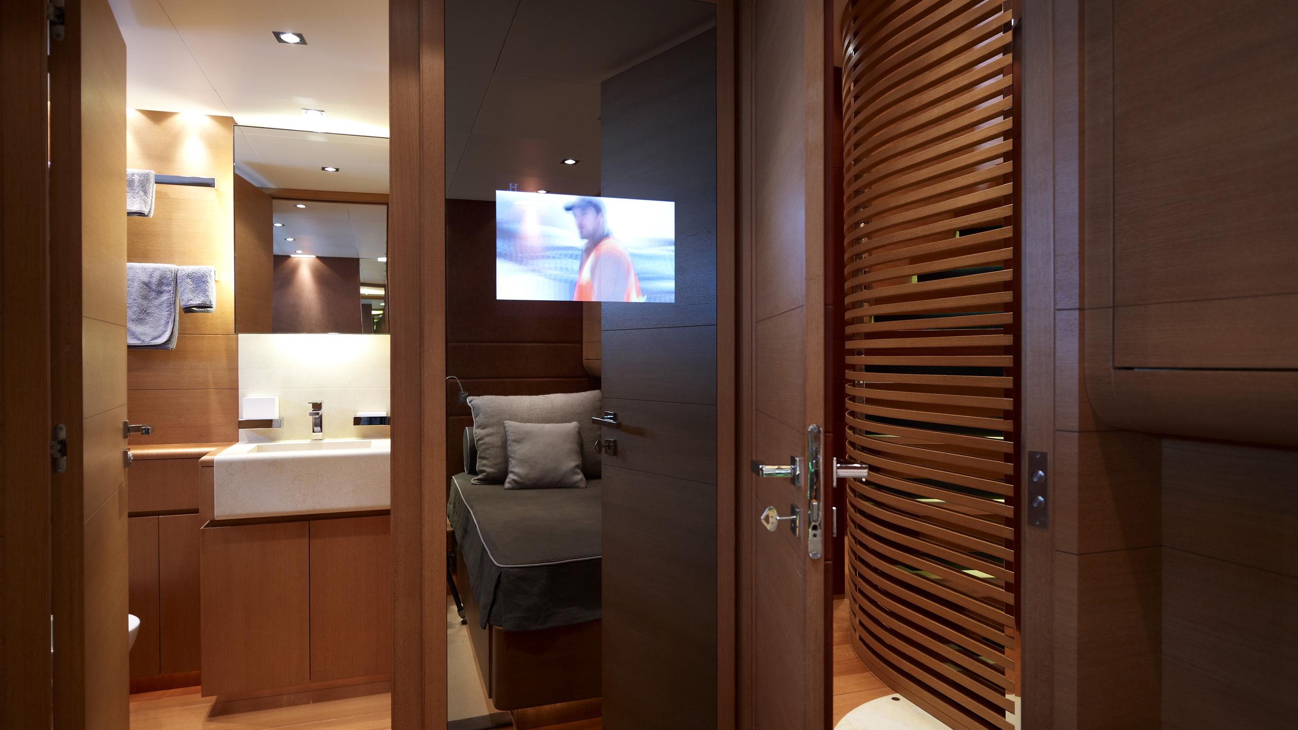 feligo-v-yacht-bathroom