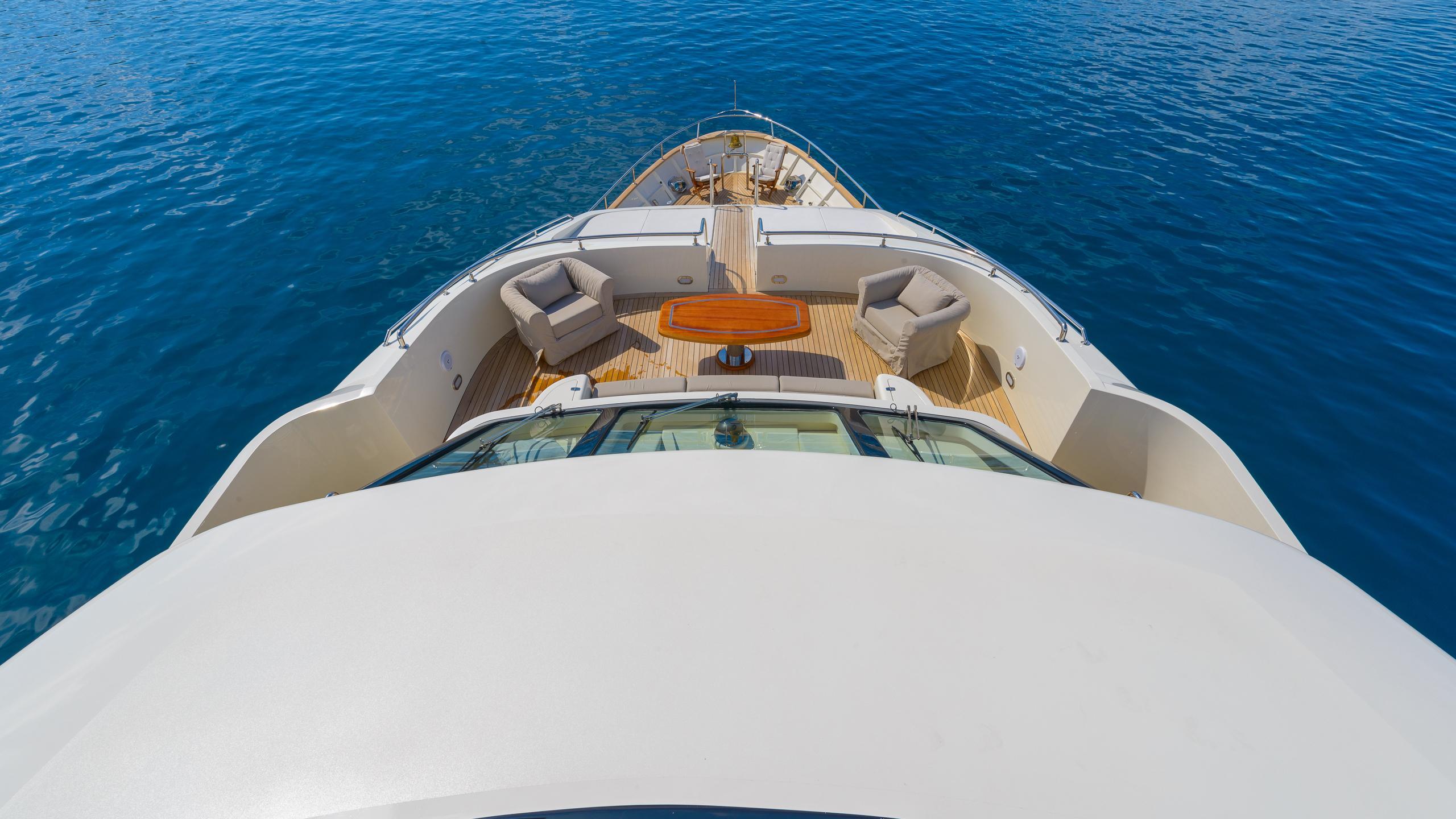 novela-yacht-bow