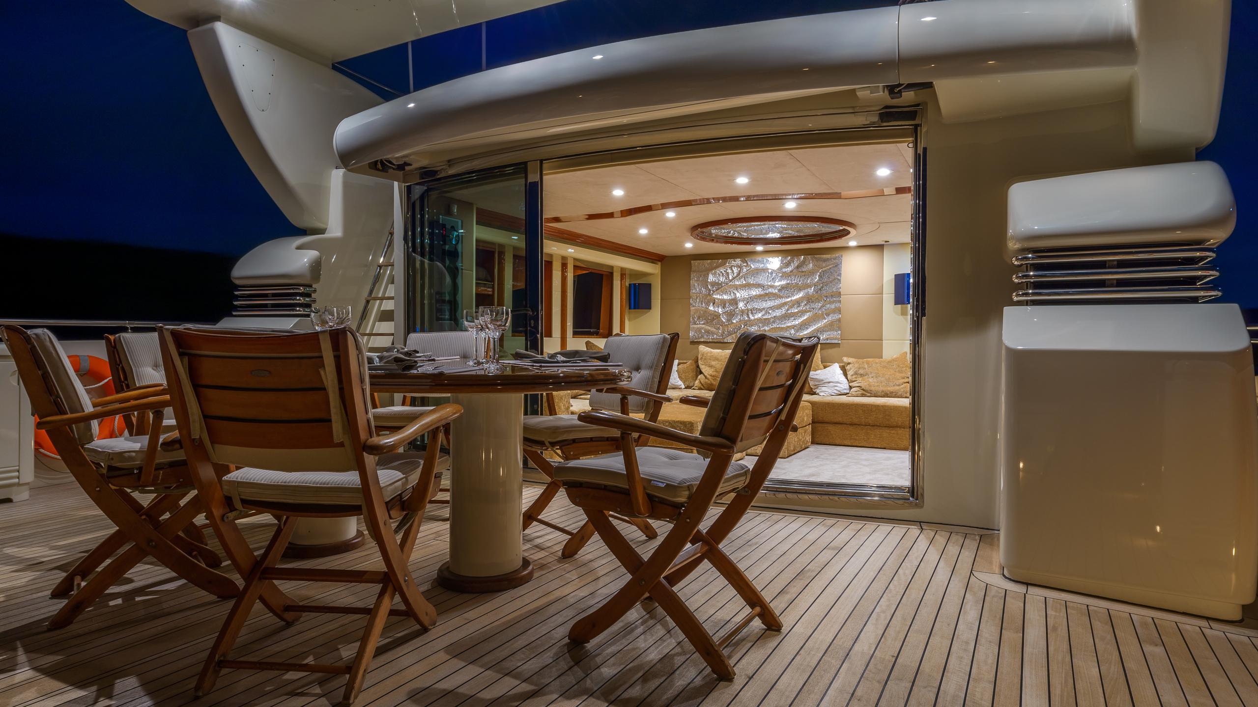 novela-yacht-fly-deck-dining