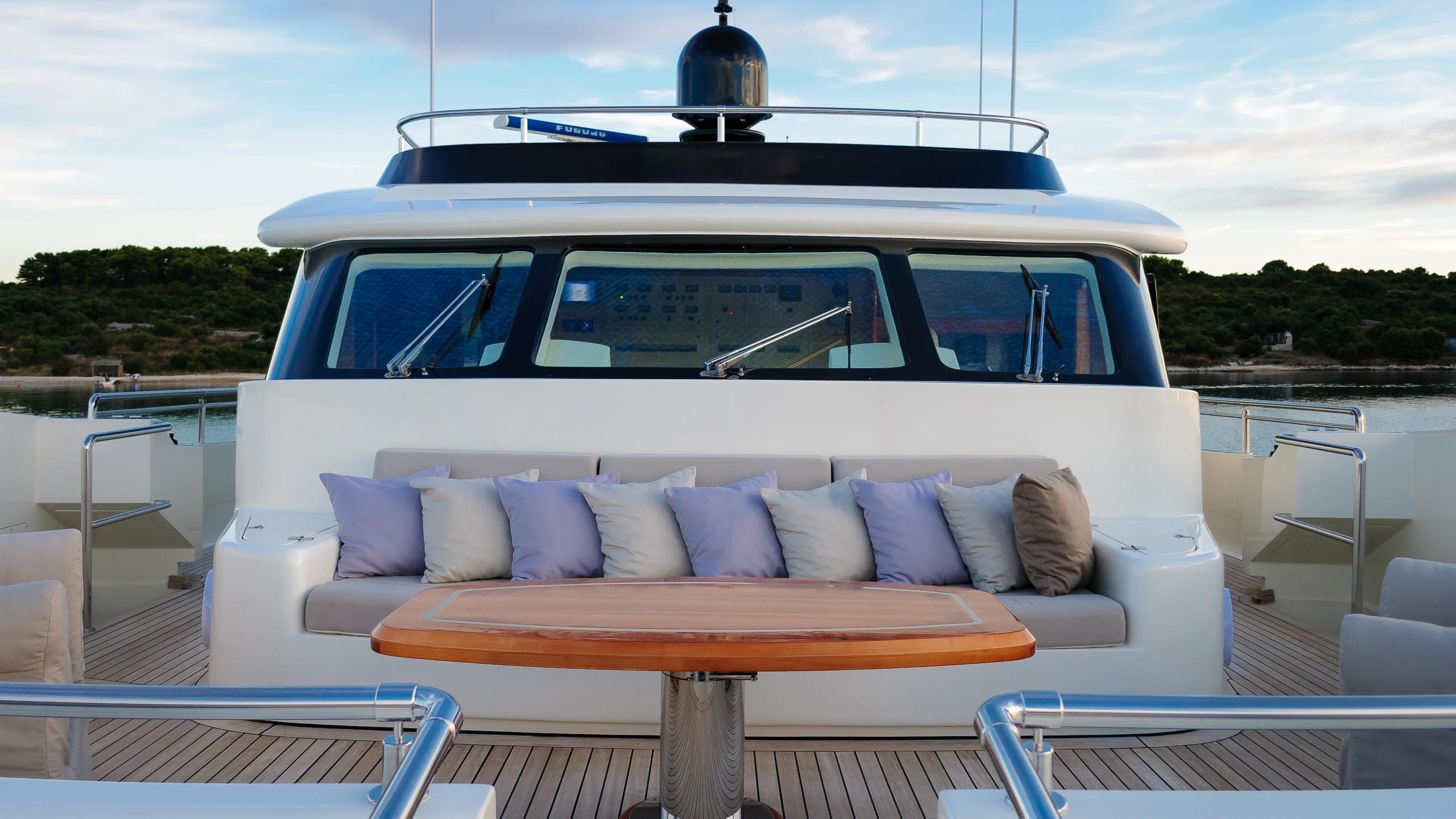 novela-yacht-sun-lounger