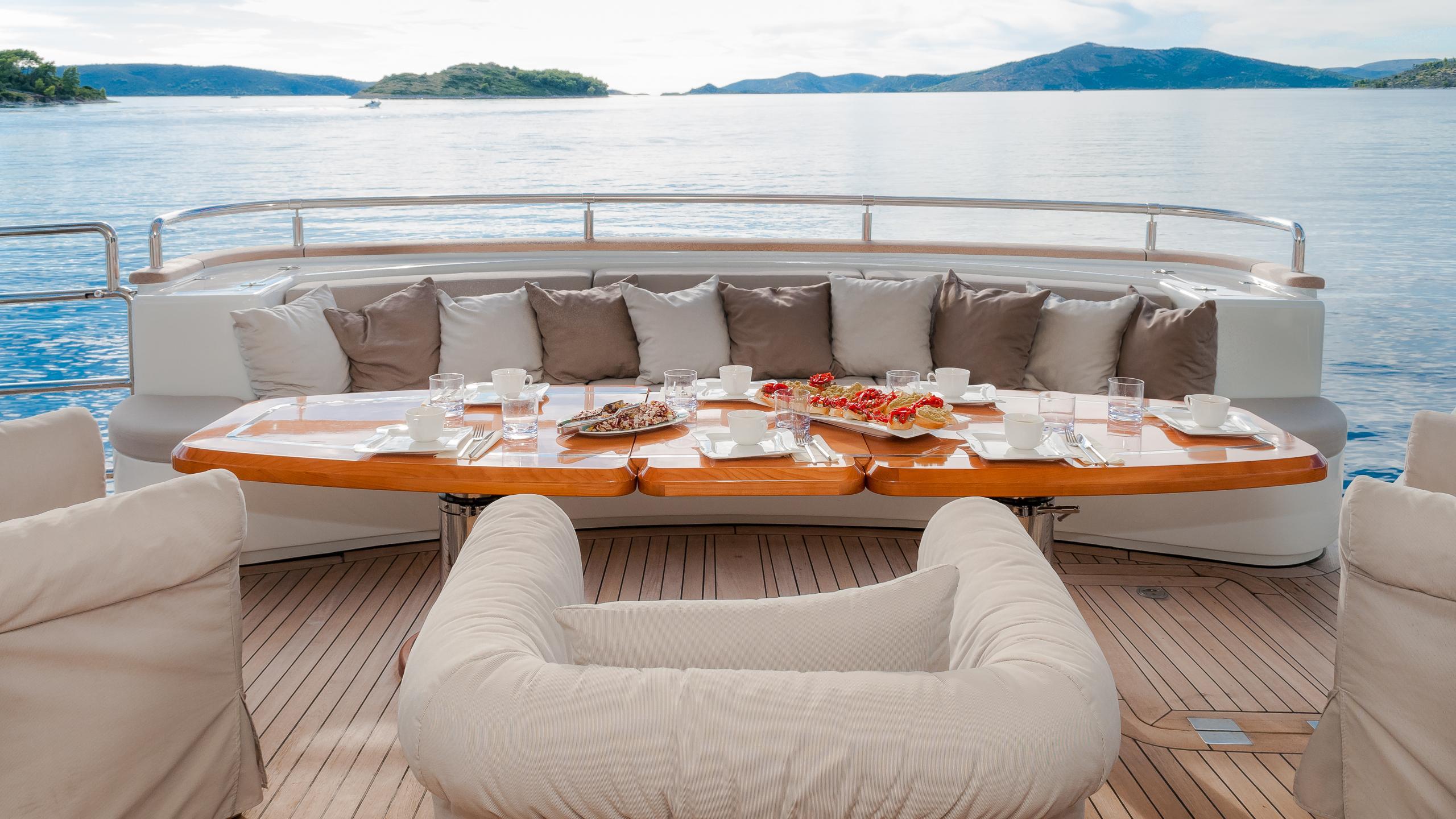 novela-yacht-aft-dining