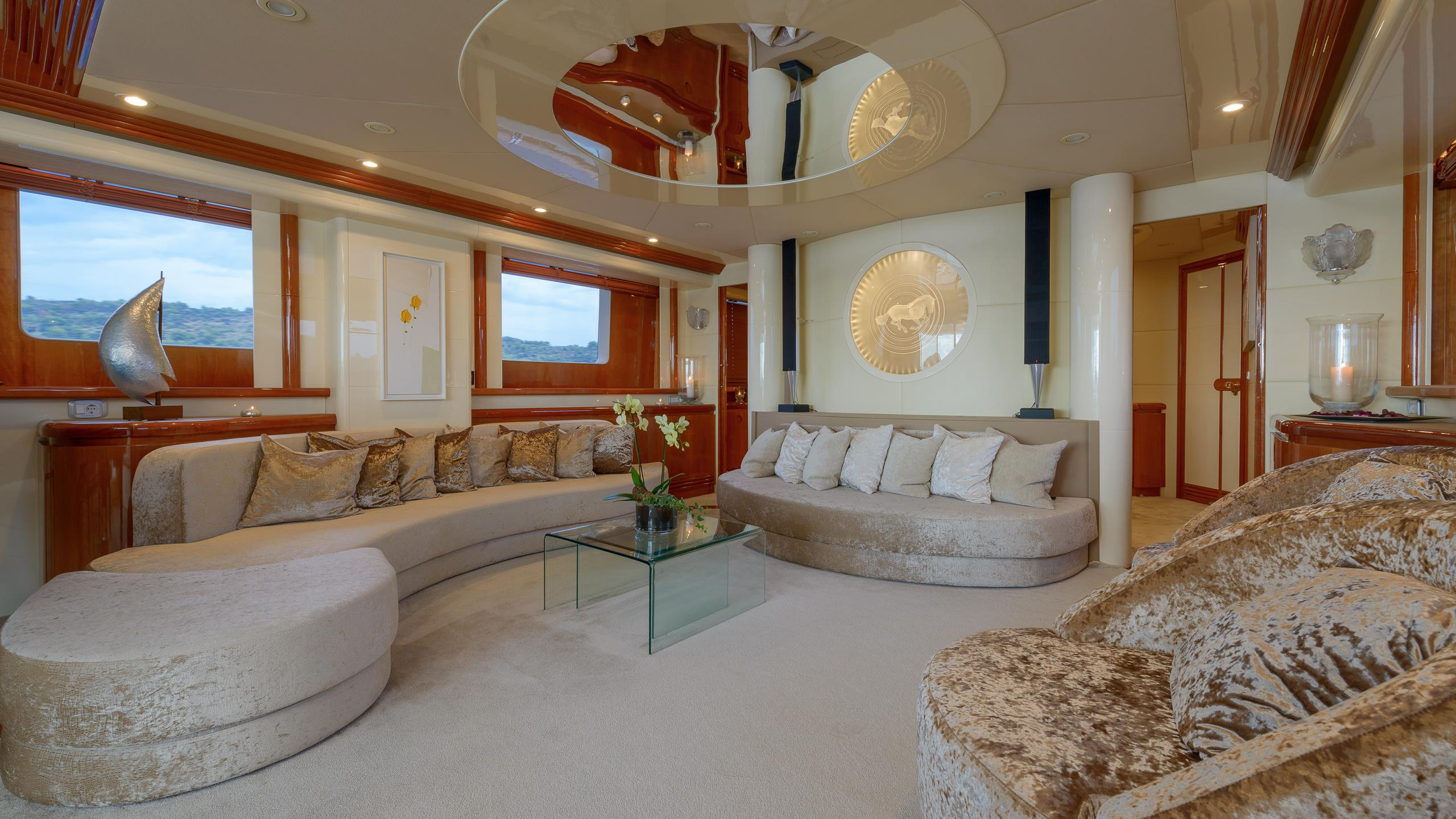 novela-yacht-saloon