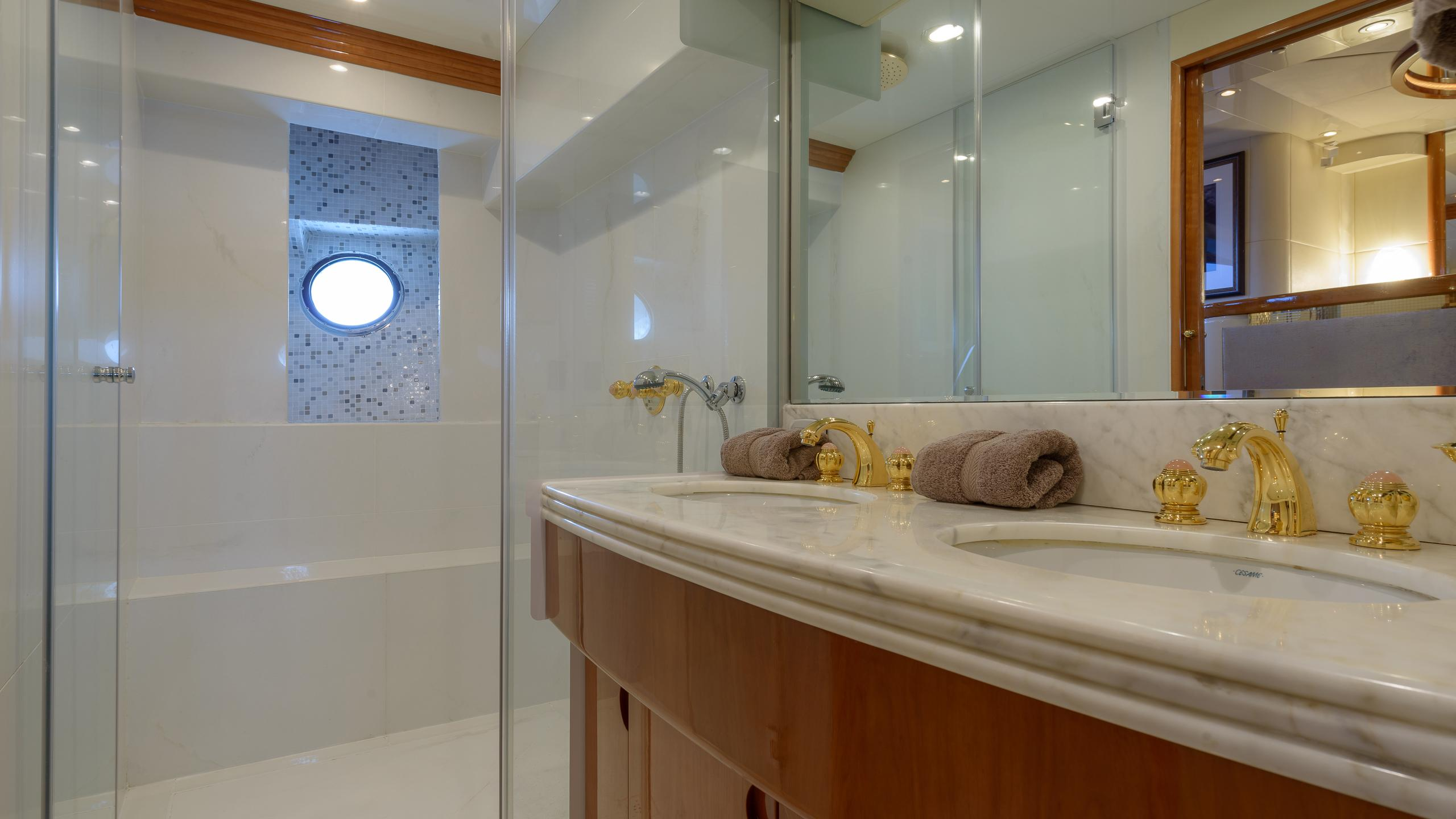 novela-yacht-master-bathroom