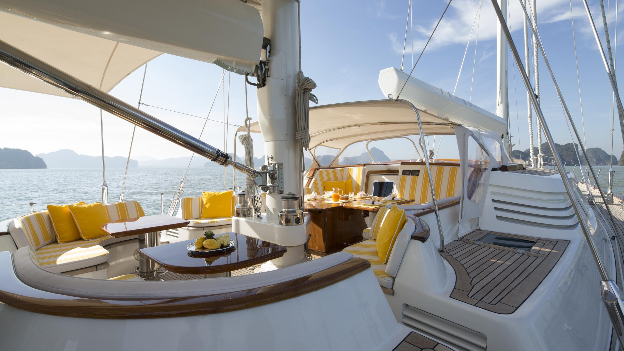 yanneke-too-yacht-aft-dining