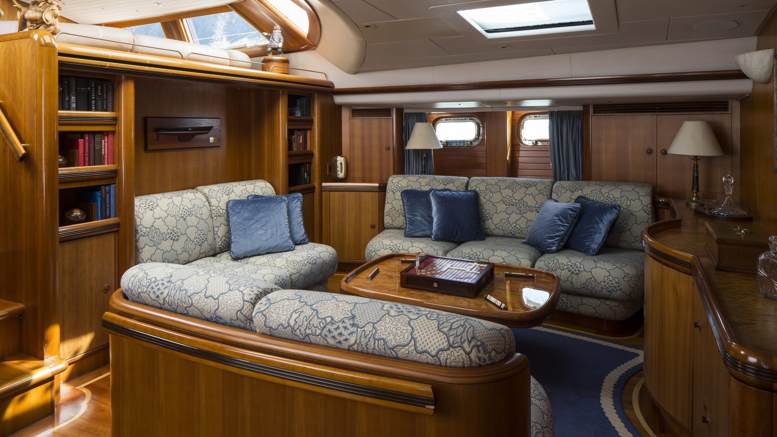 yanneke-too-yacht-saloon