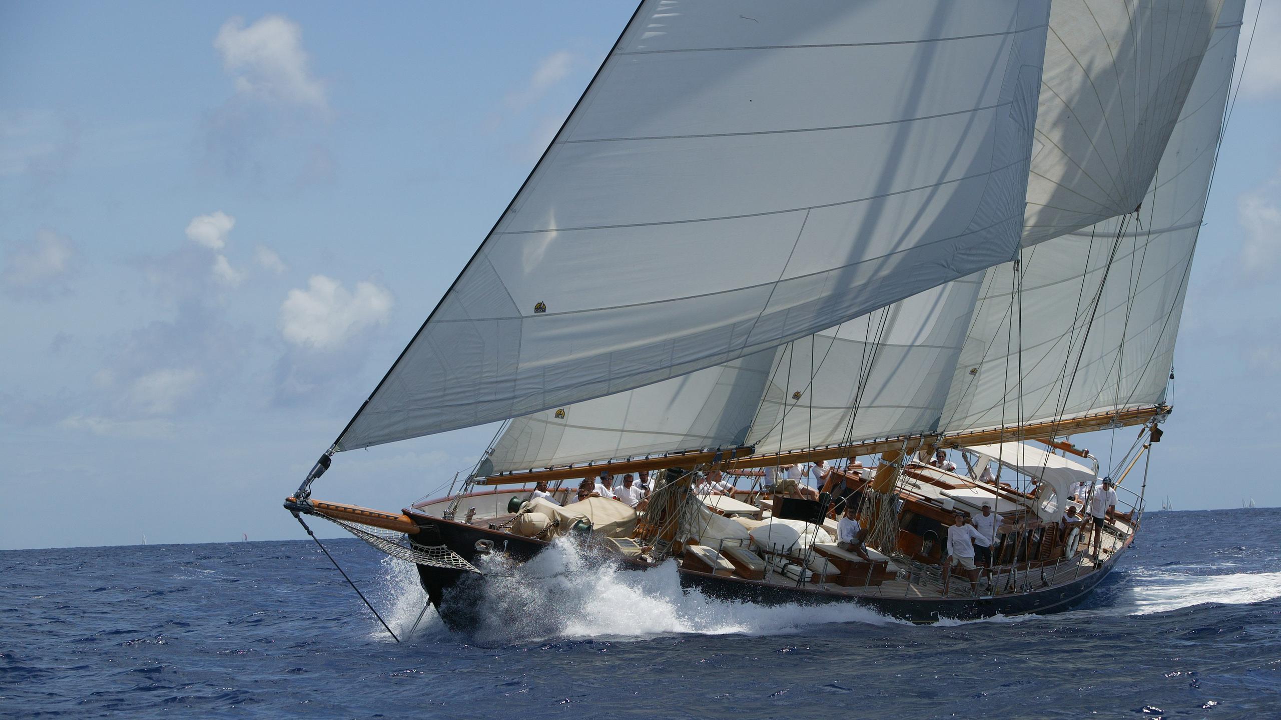 aschanti-iv-yacht-at-sea