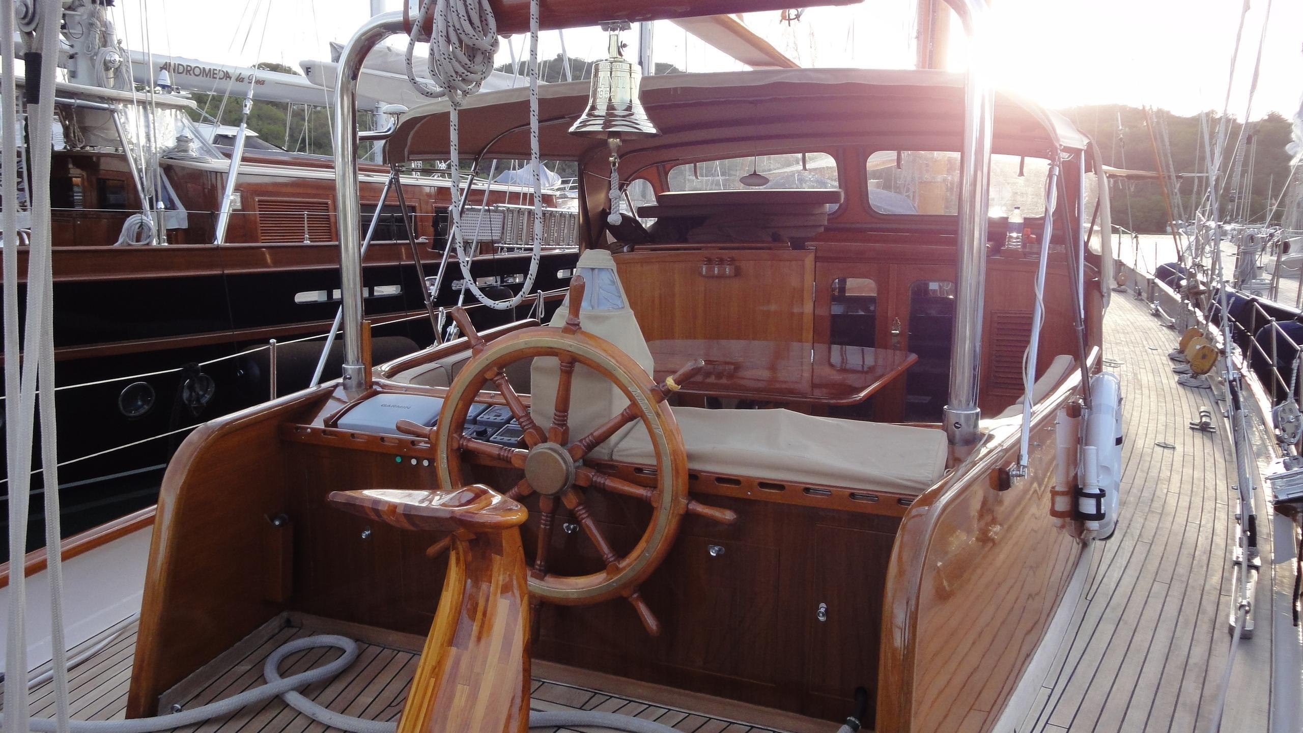 aschanti-iv-yacht-helm