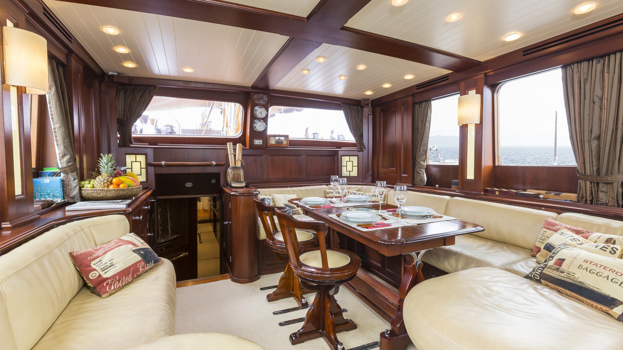 aschanti-iv-yacht-saloon-dining