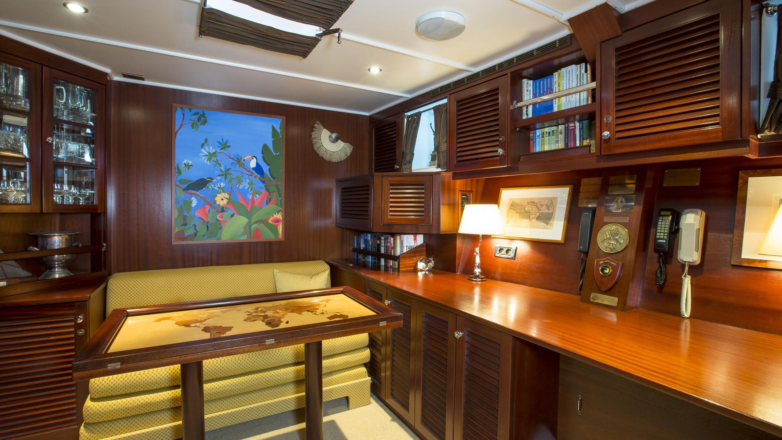 aschanti-iv-yacht-lounge
