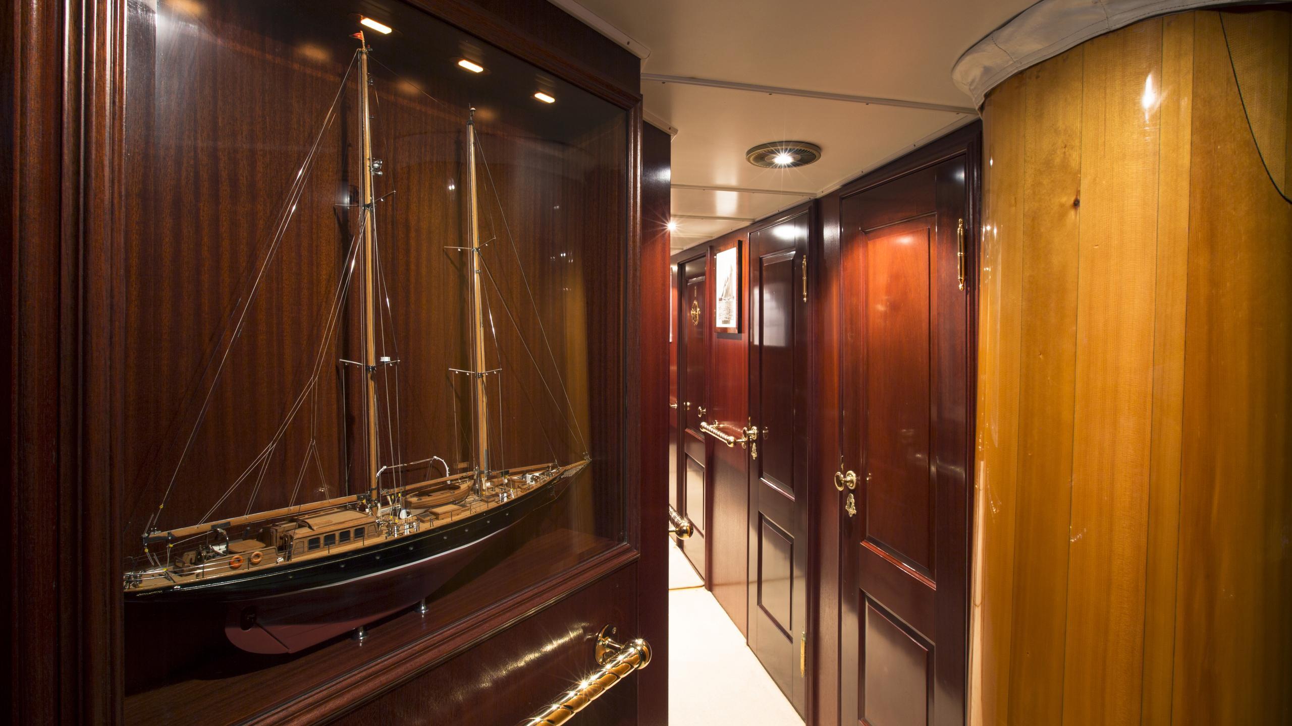 aschanti-iv-yacht-hallway