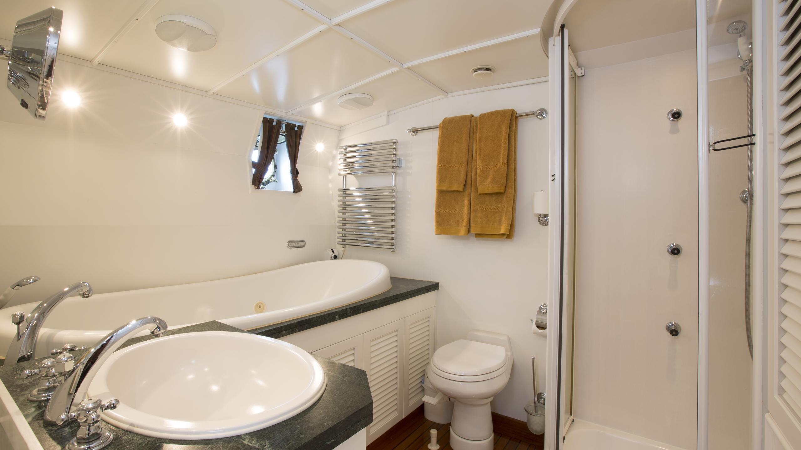 aschanti-iv-yacht-master-bedroom