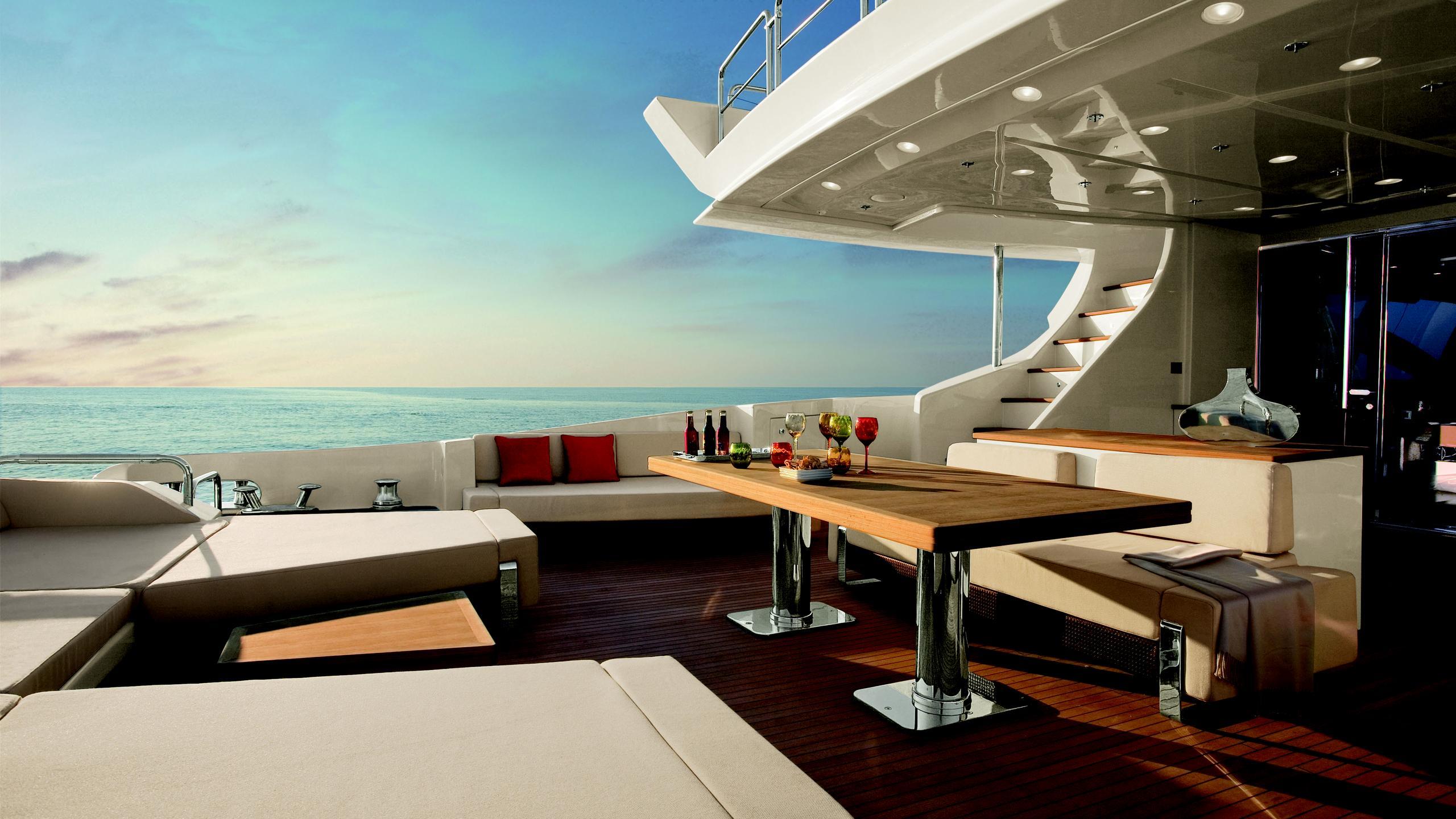 duke-yacht-aft-dining