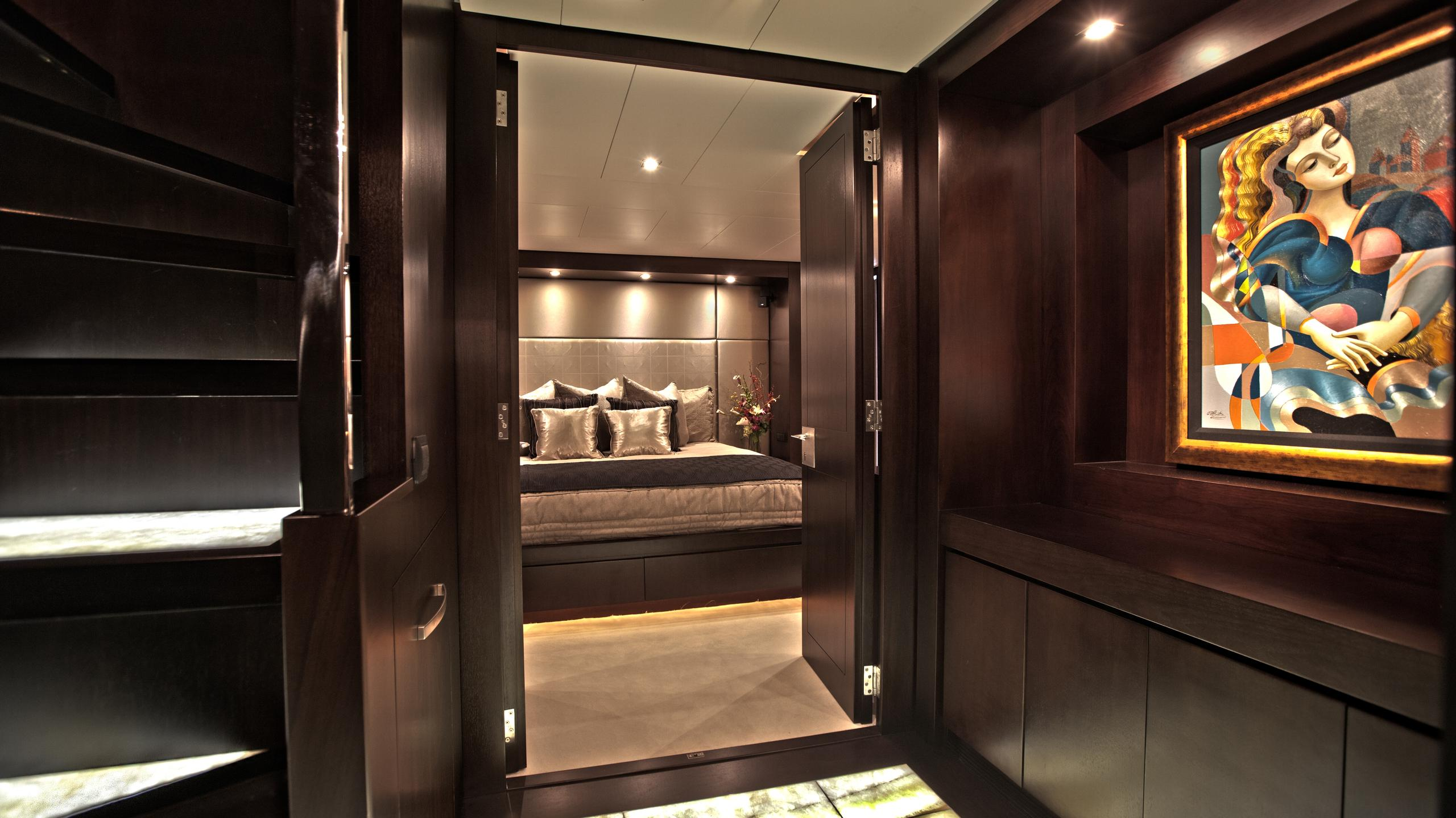 azimut-116-yacht-hallway