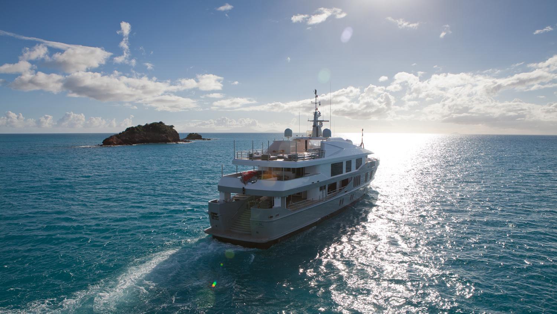 idol-yacht-stern