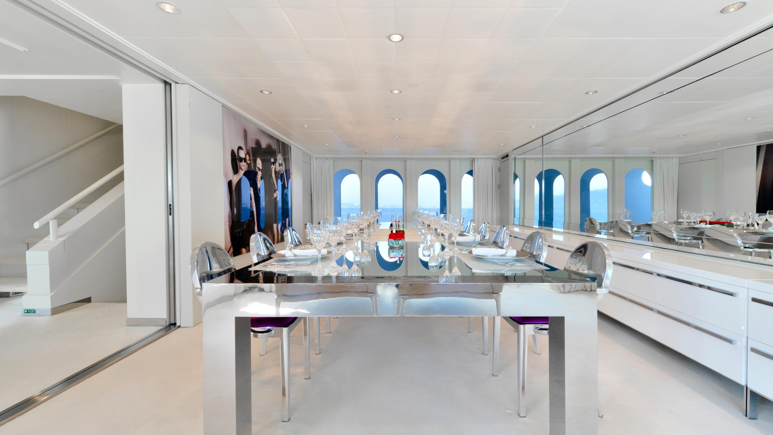 idol-yacht-dining