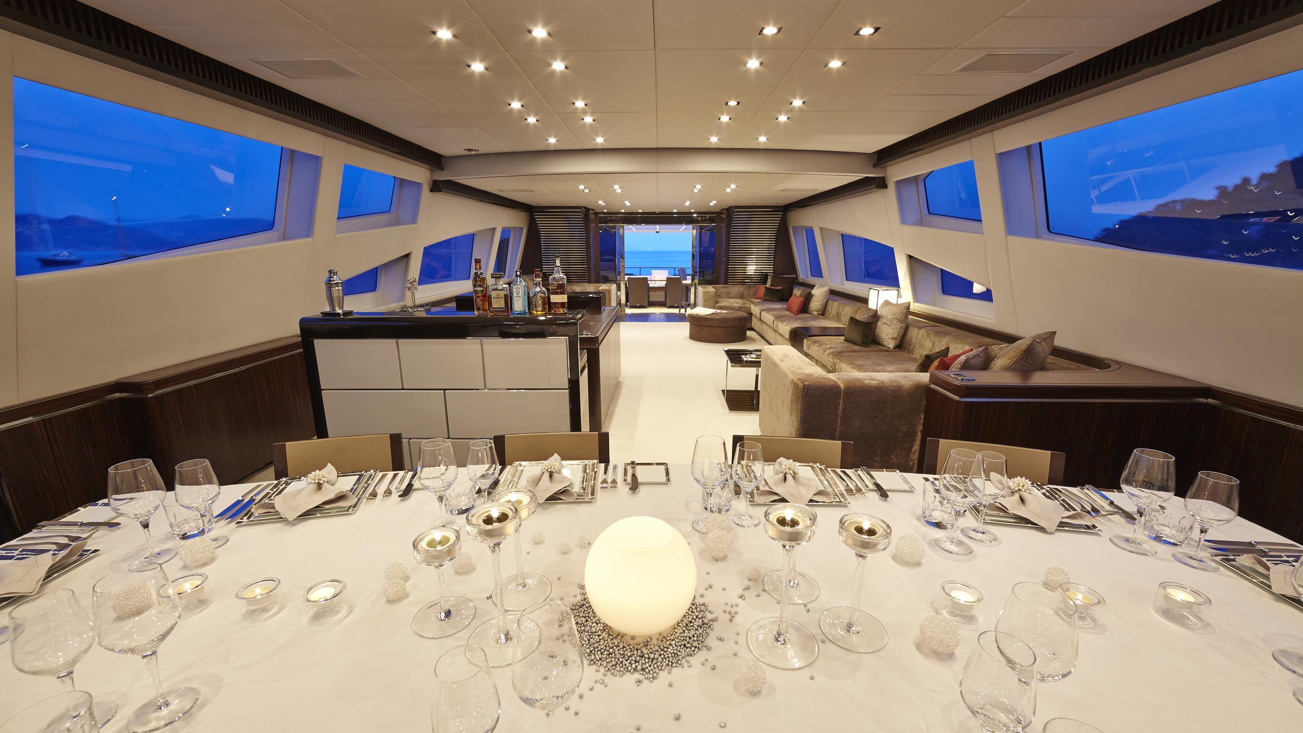 antelope-III-yacht-dining