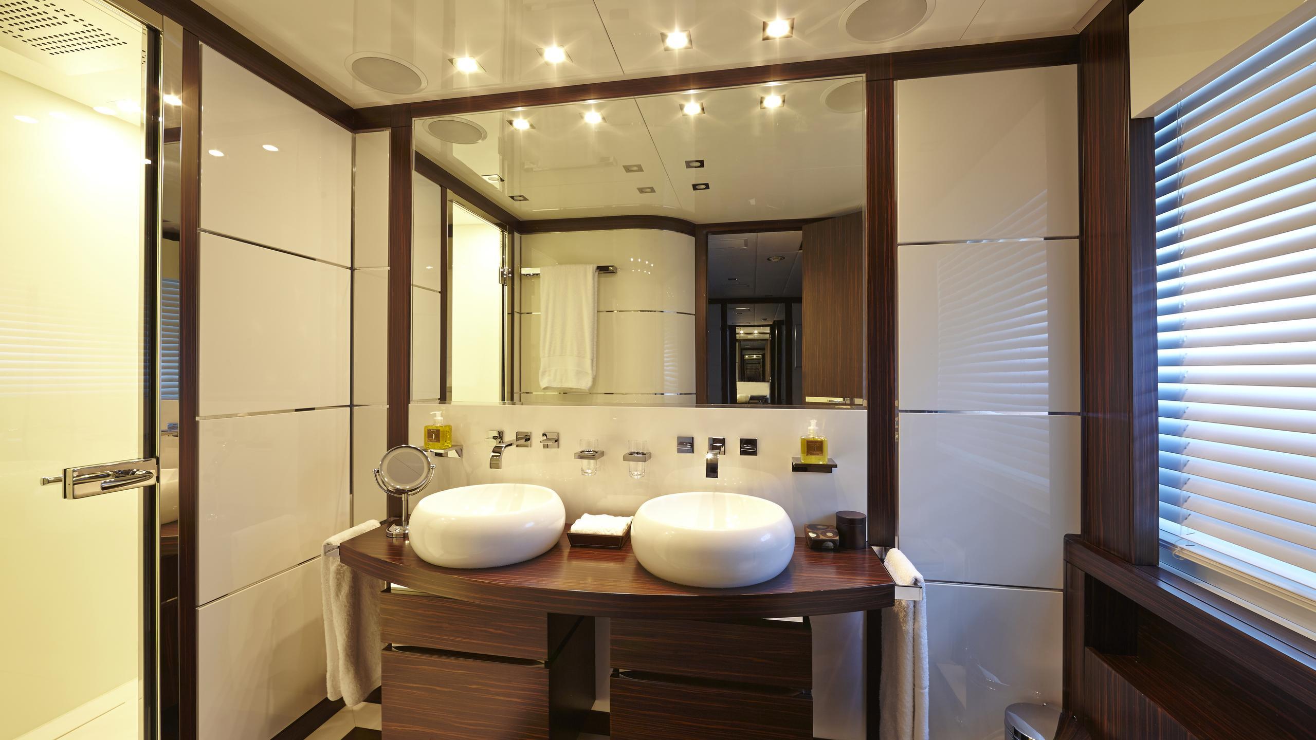 antelope-III-yacht-bathroom