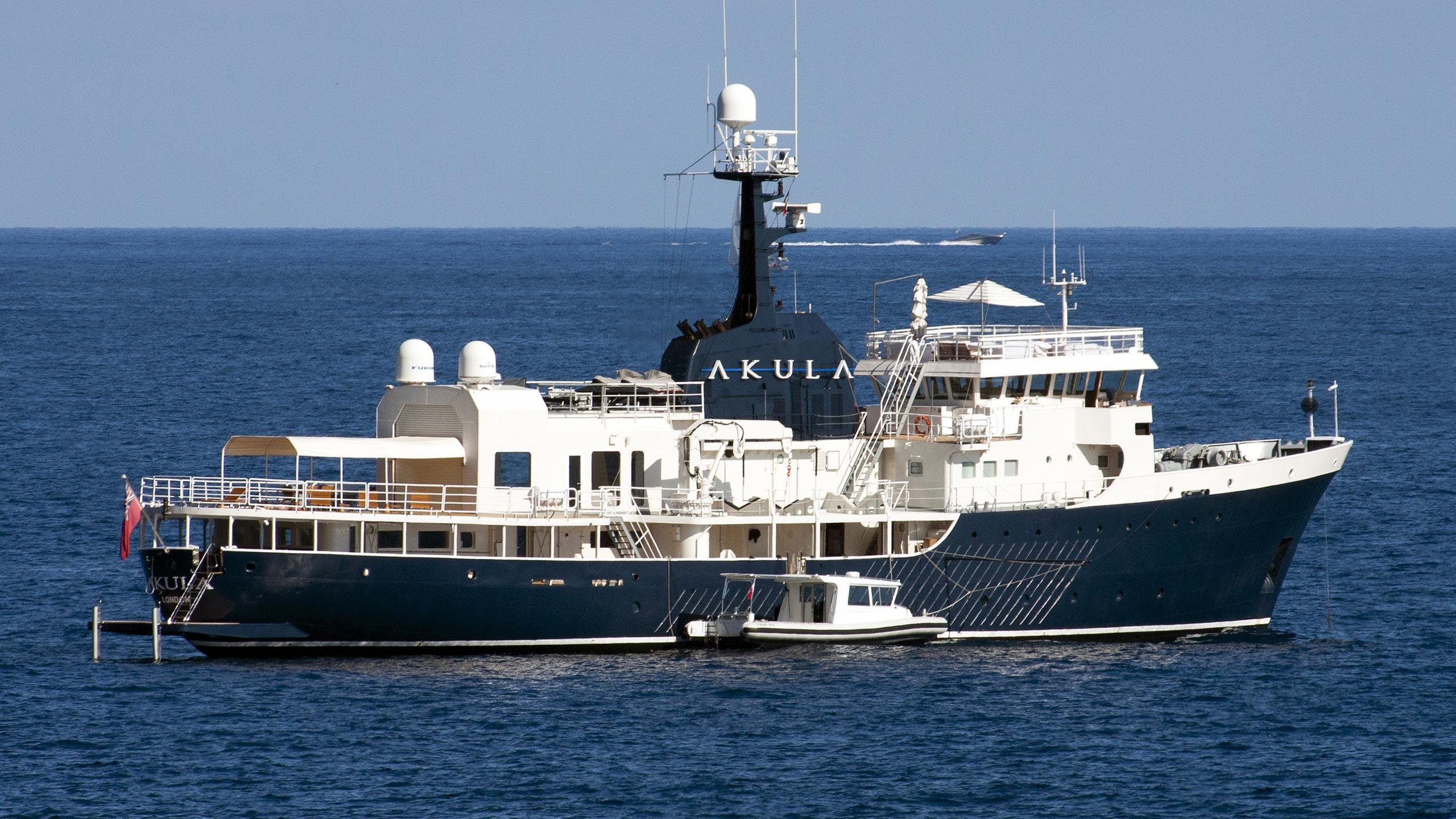 akula-expedition-yacht-amels-1974-59m-stern-profile