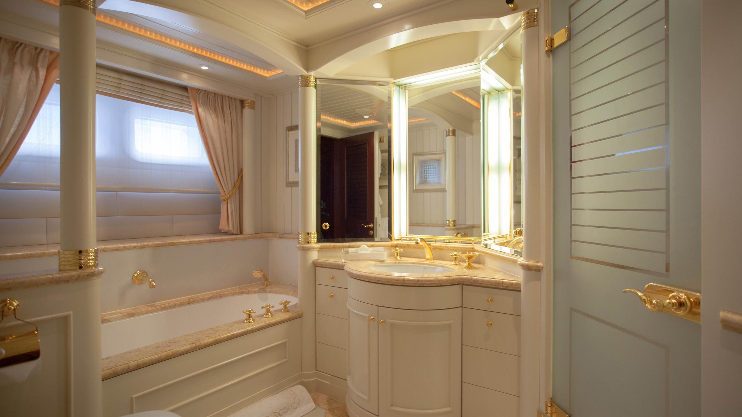 faribana-v-yacht-bathroom