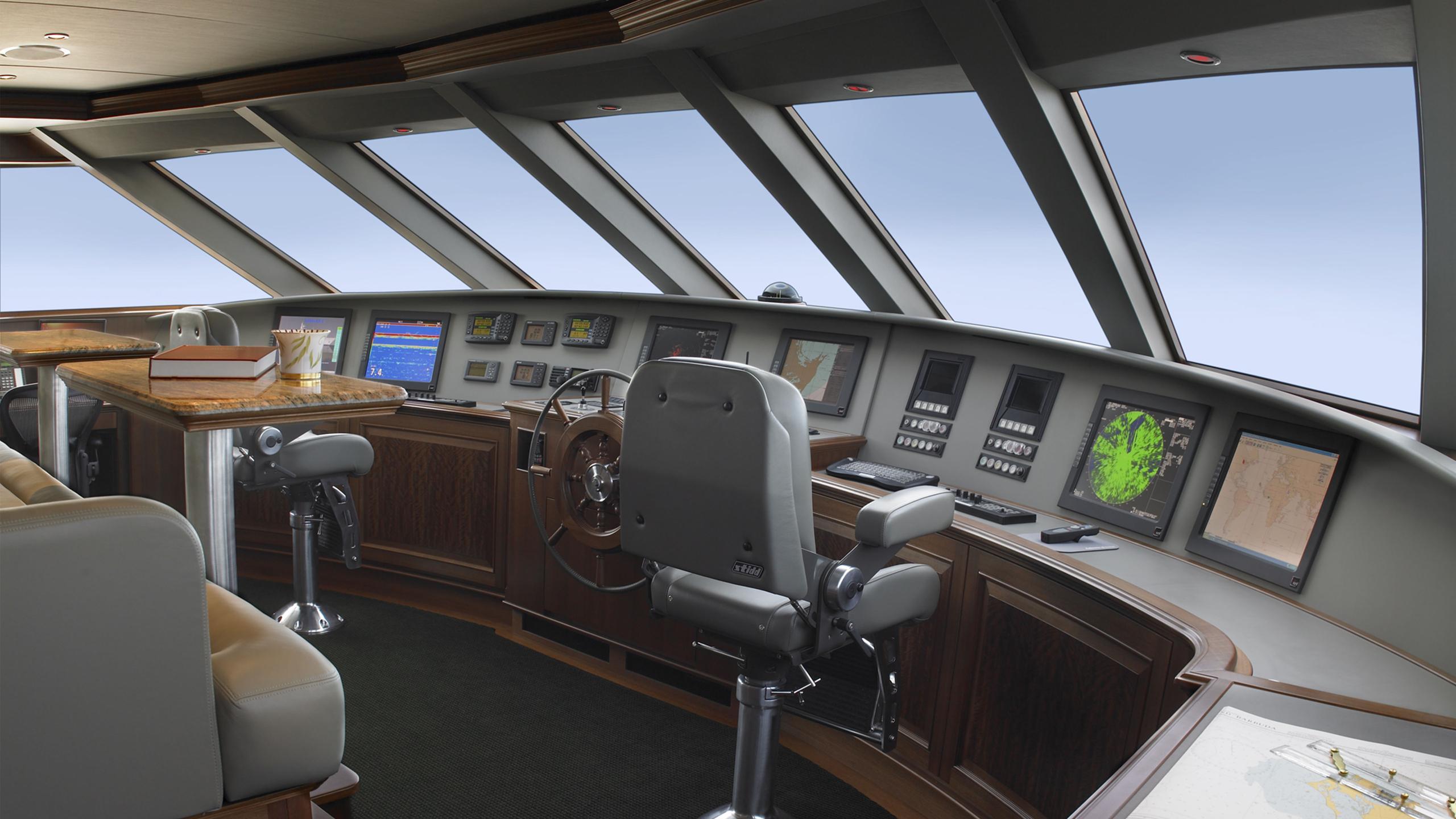 maghreb-v-yacht-helm