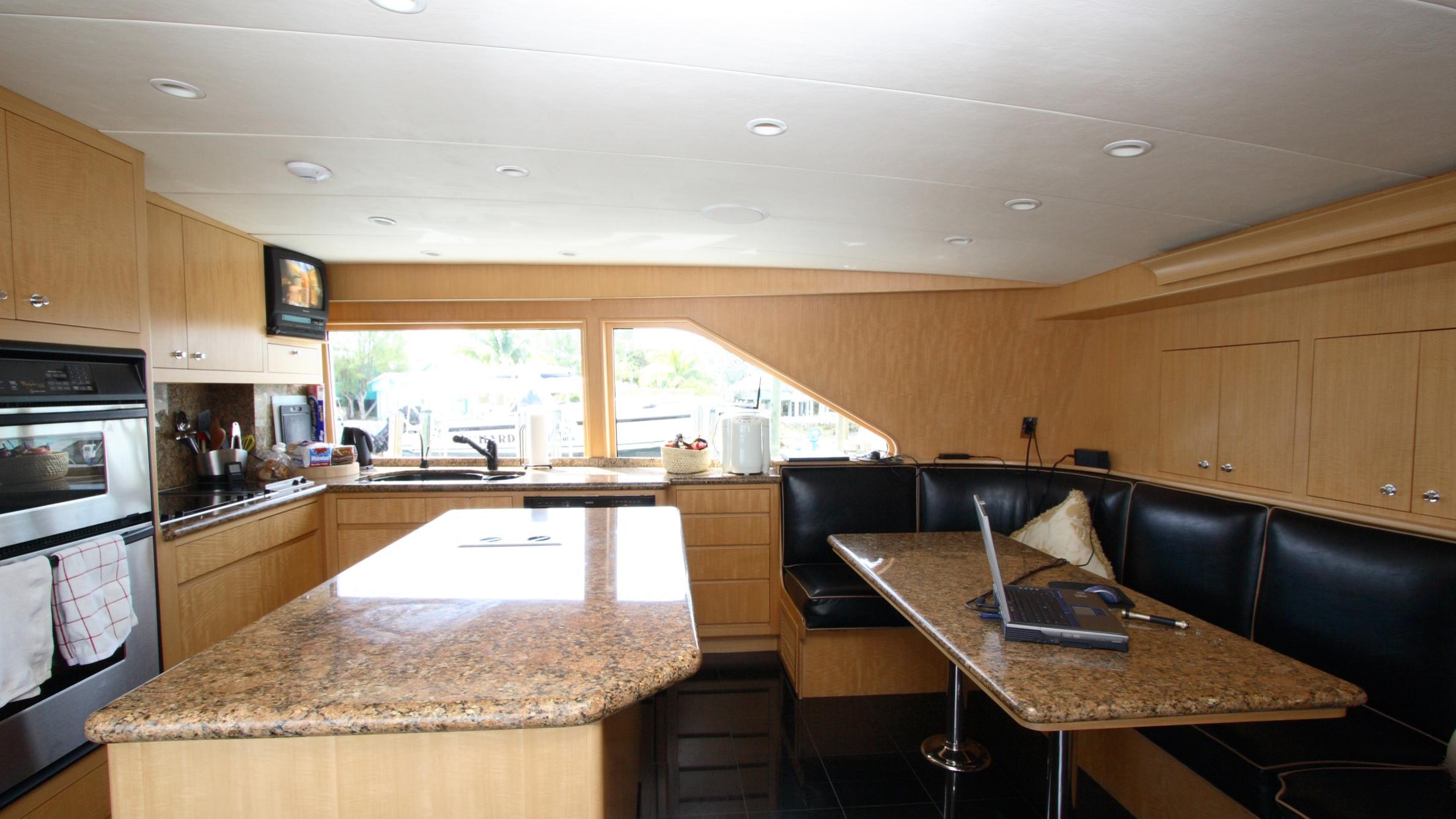 roamin-holiday-yacht-dining