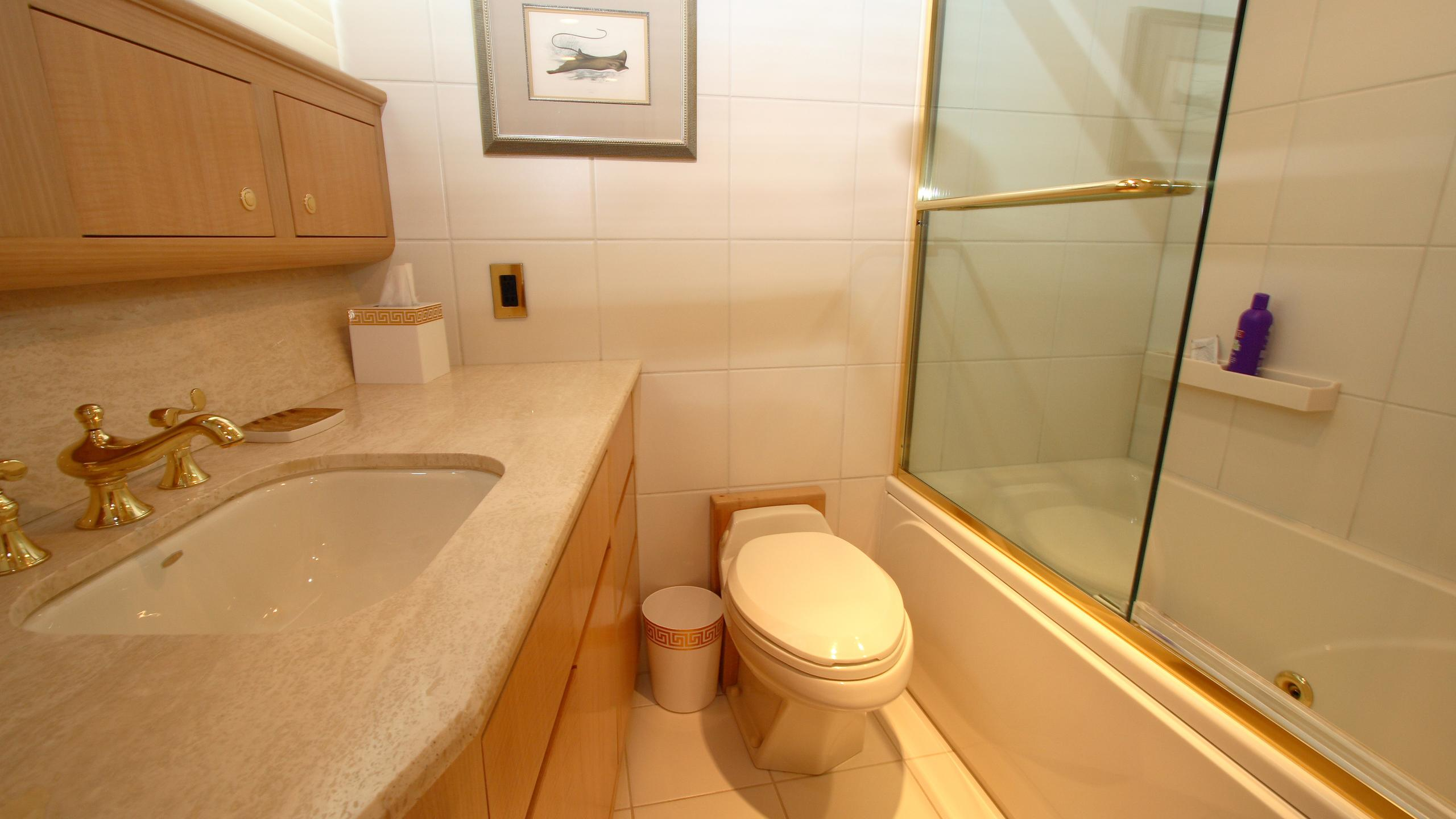 roamin-holiday-yacht-bathroom