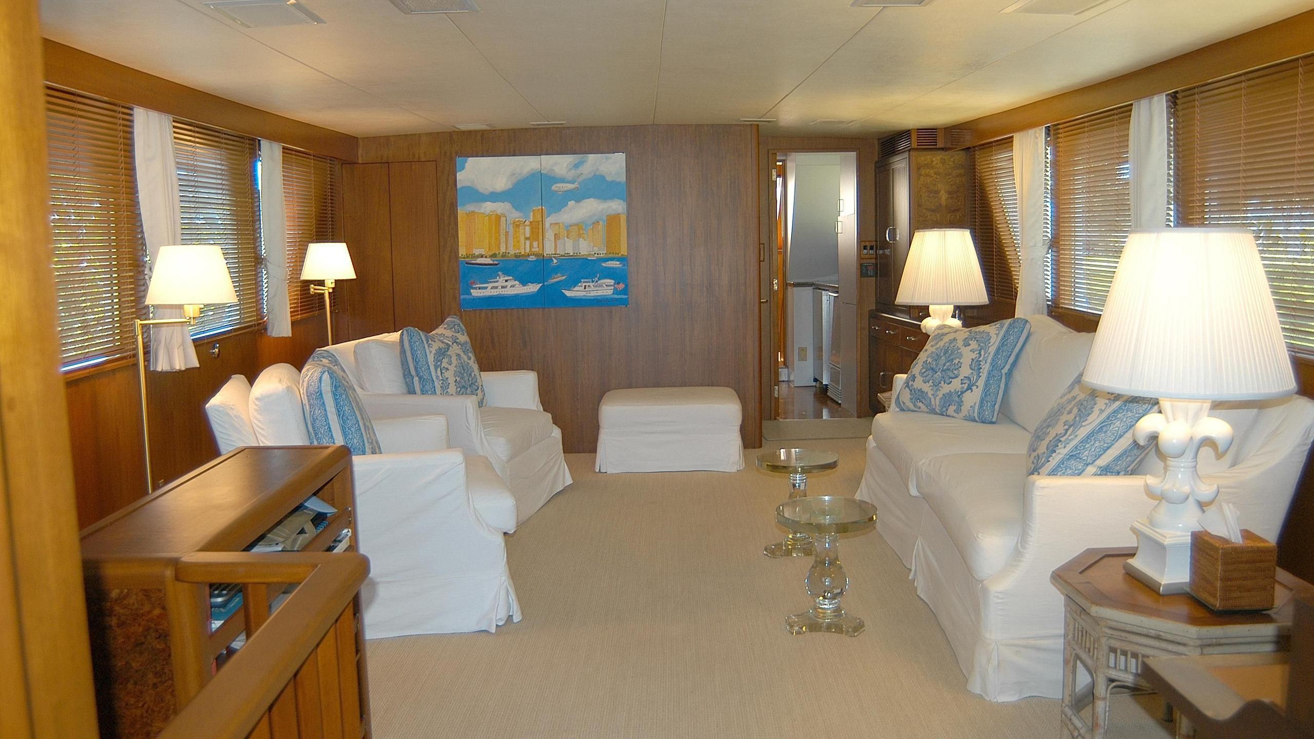 capricho-yacht-saloon
