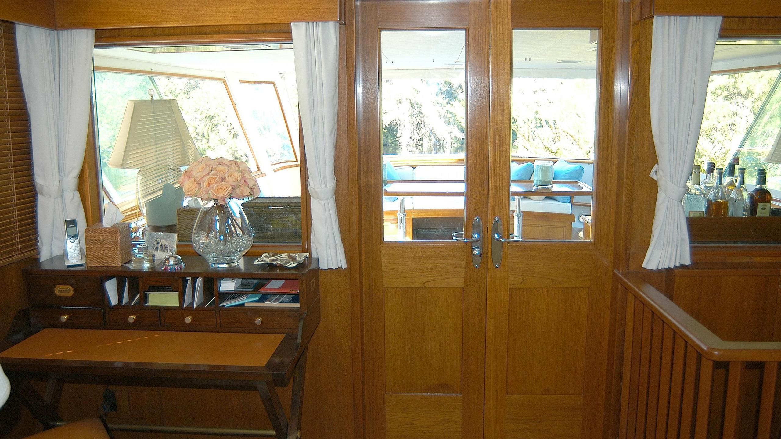 capricho-yacht-entrance