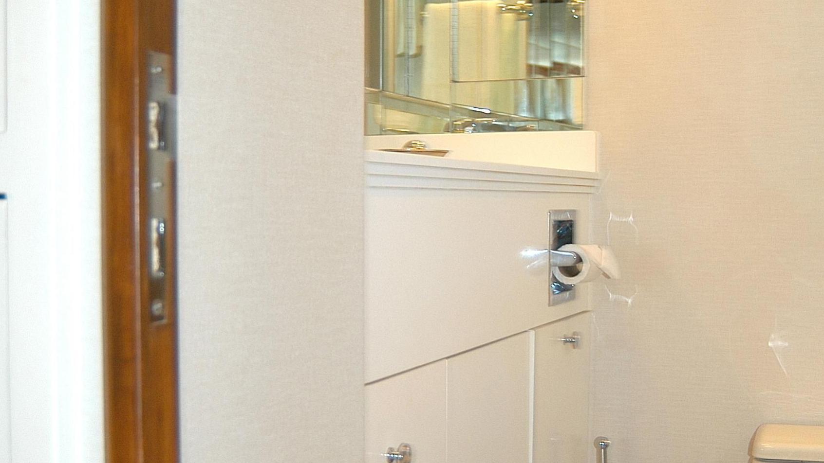 capricho-yacht-bathroom